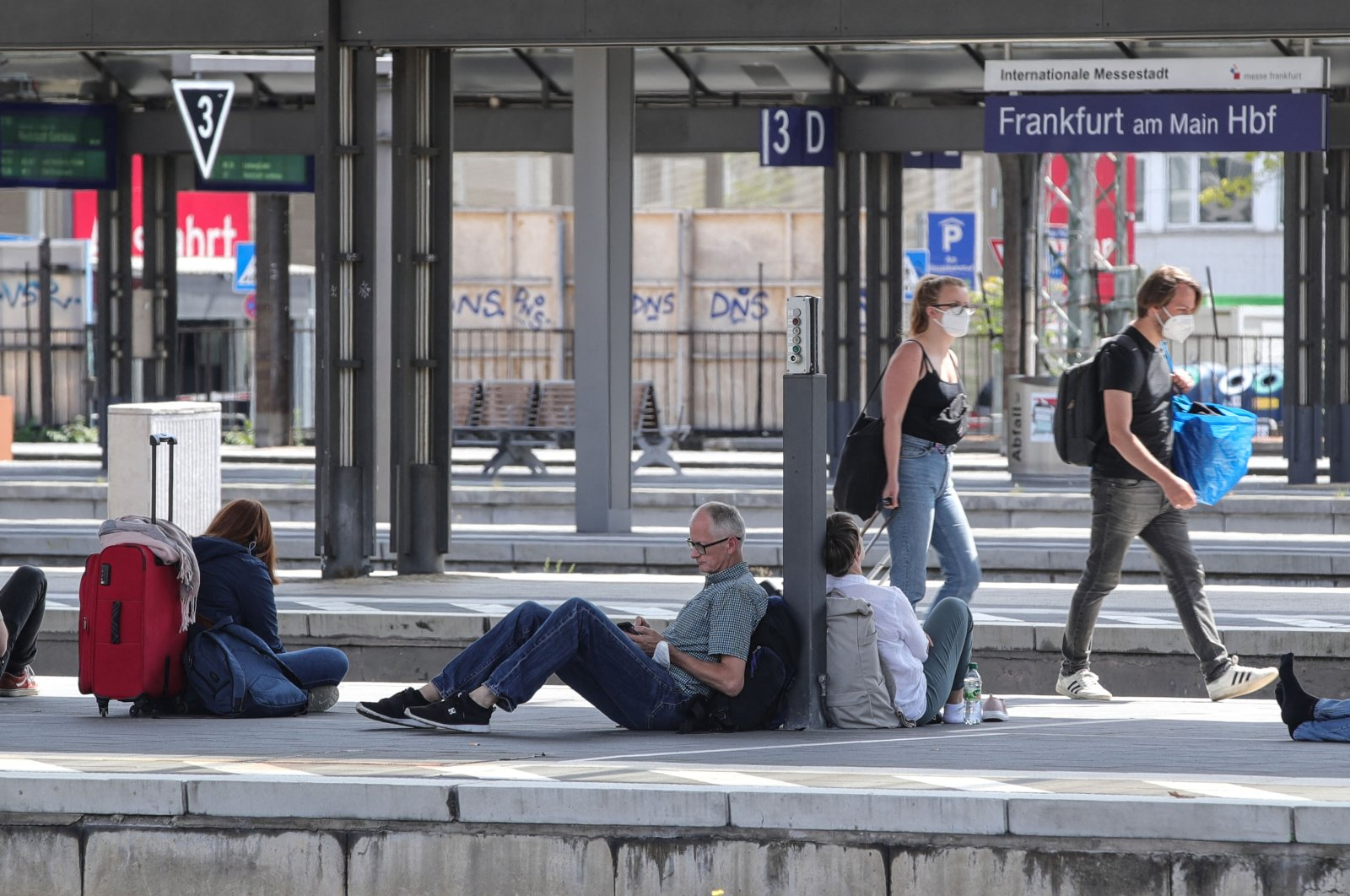 Travellers wait for trains at the main railway station during a train driver strike, Frankfurt am Main, western Germany, Aug. 11, 2021. (AFP Photo)