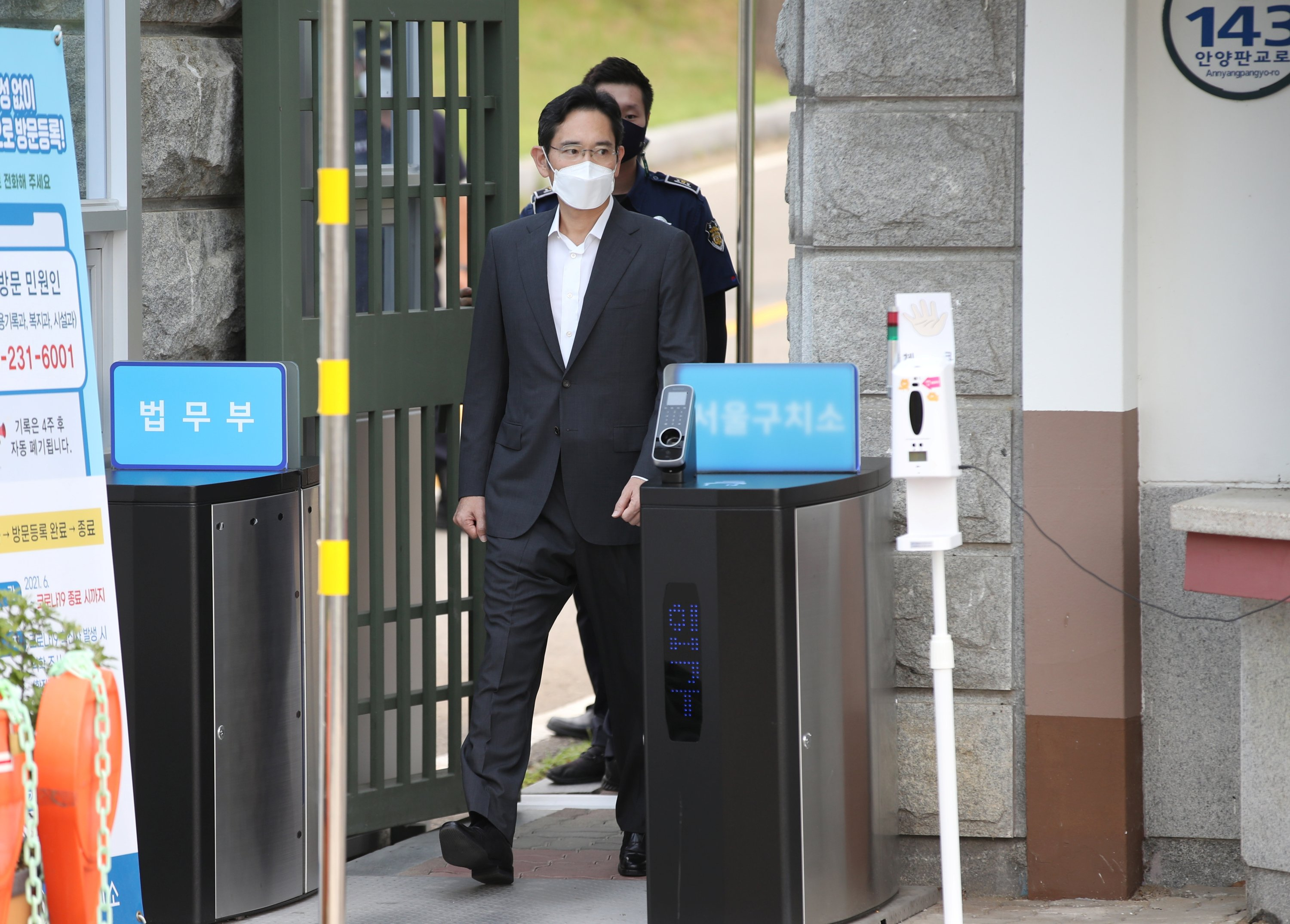 Samsung Electronics vice chairperson, Lee Jae-yong, walks as he is released on parole from Seoul Detention Center in Uiwang, South Korea, Aug. 13, 2021. (Reuters Photo)