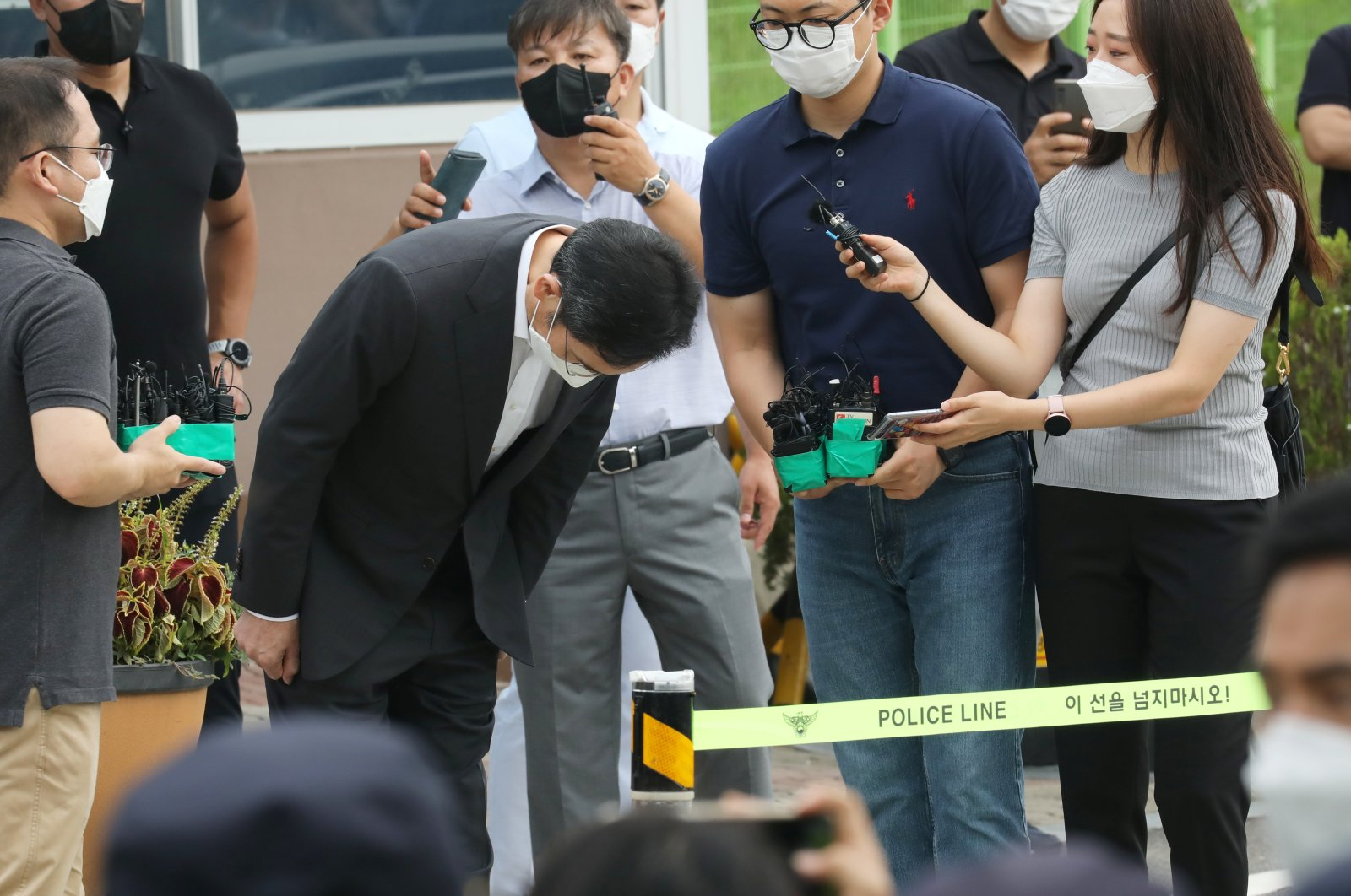 Lee Jae-yong, Samsung Electronics vice chairperson, bows as he is released on parole from Seoul Detention Center in Uiwang, South Korea, Aug. 13, 2021. (Reuters Photo)
