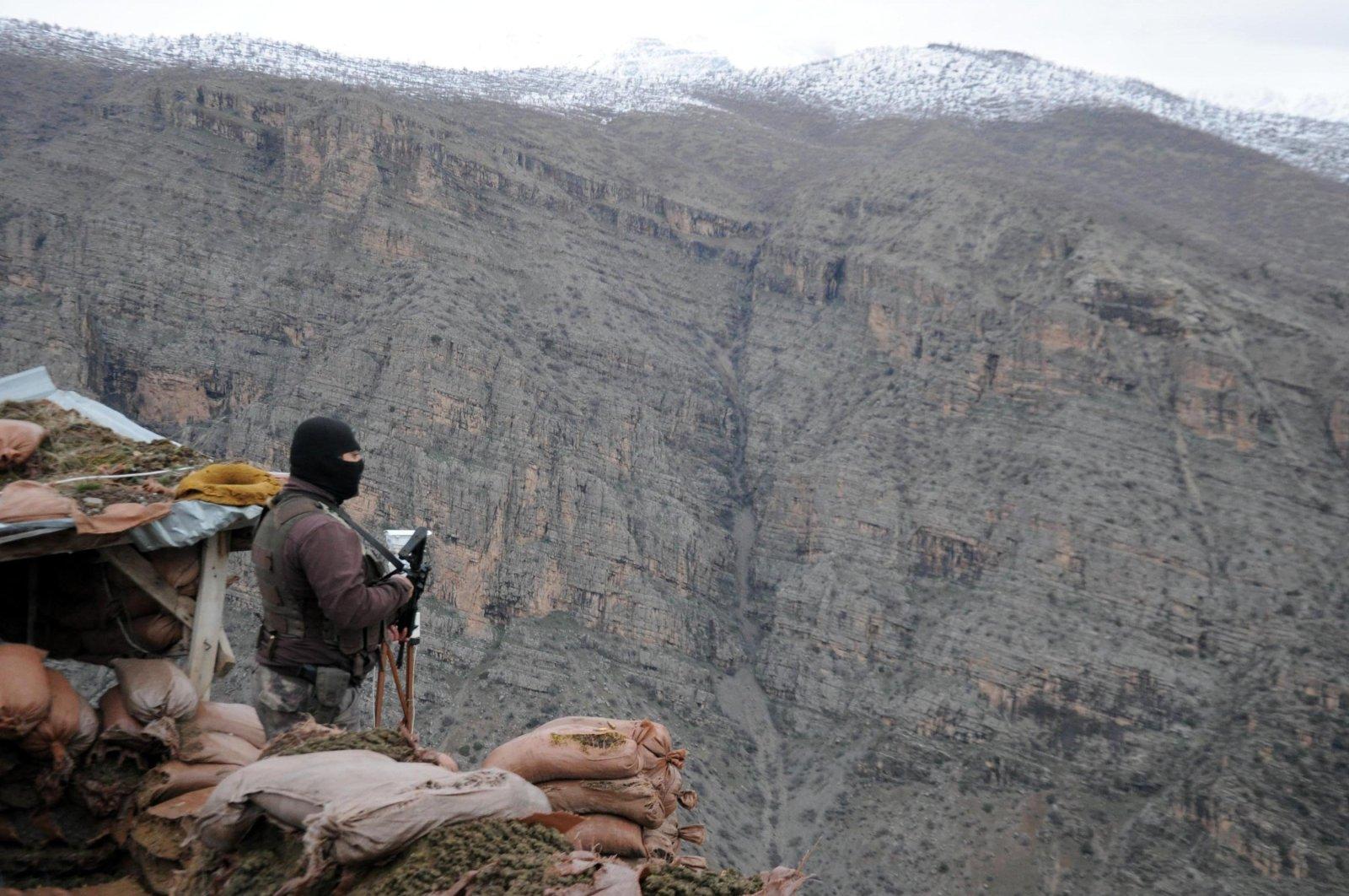 A Turkish soldier stands on guard near the Iraqi border in the mountainous region of Hakkari, southeastern Turkey. (AA Photo)