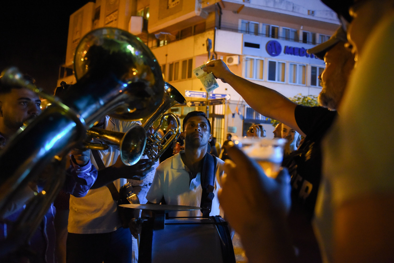 Музичари свирају своје инструменте током годишњег Фестивала дувачких оркестара 13. августа 2021. године у Цуци у Србији.  (Фотографија Ројтерса)