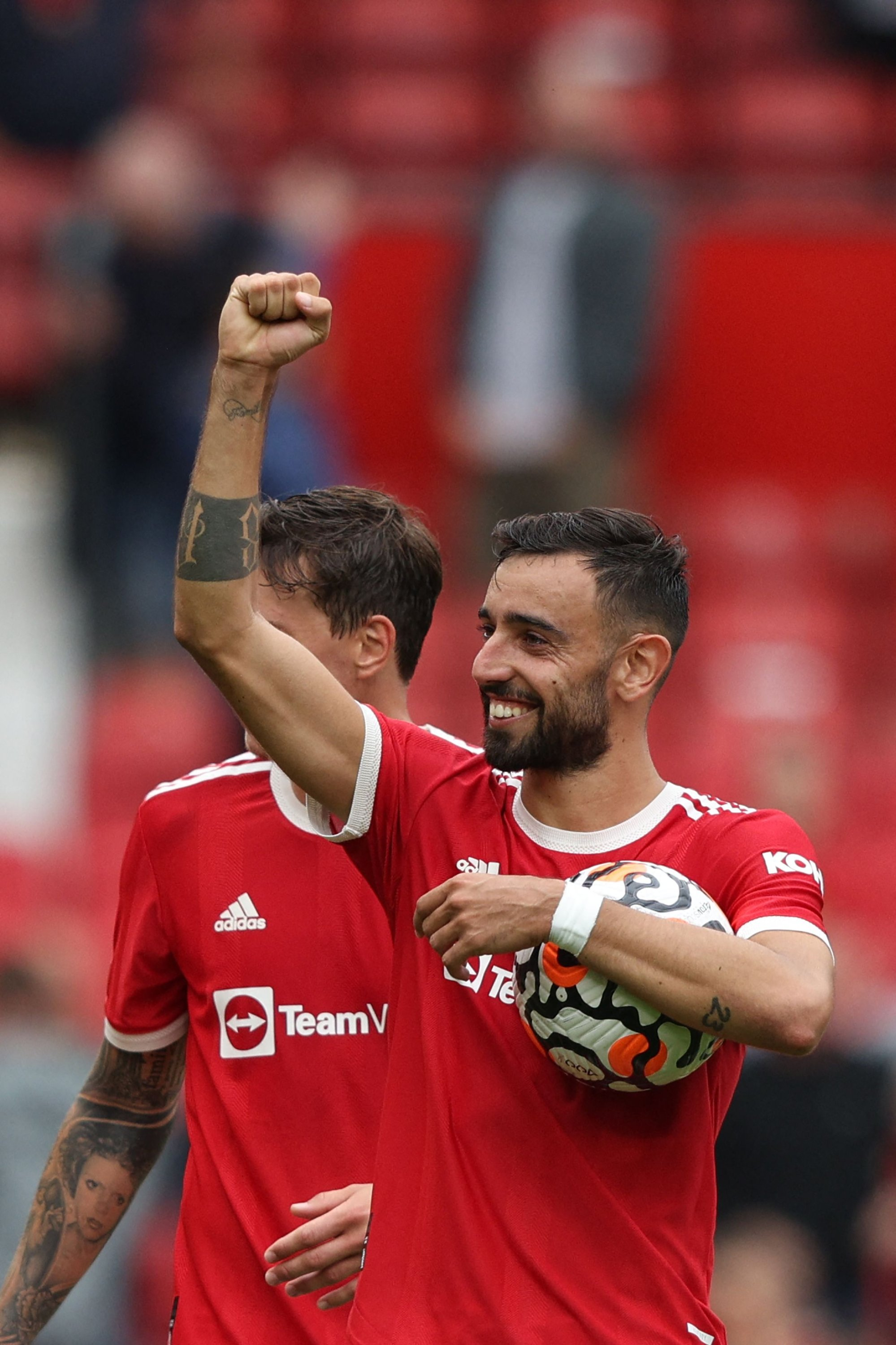Manchester United's Bruno Fernandes holds the match ball at the final whistle in a Premier League match against Leeds United at Old Trafford in Manchester, England, Aug. 14, 2021. (AFP Photo)