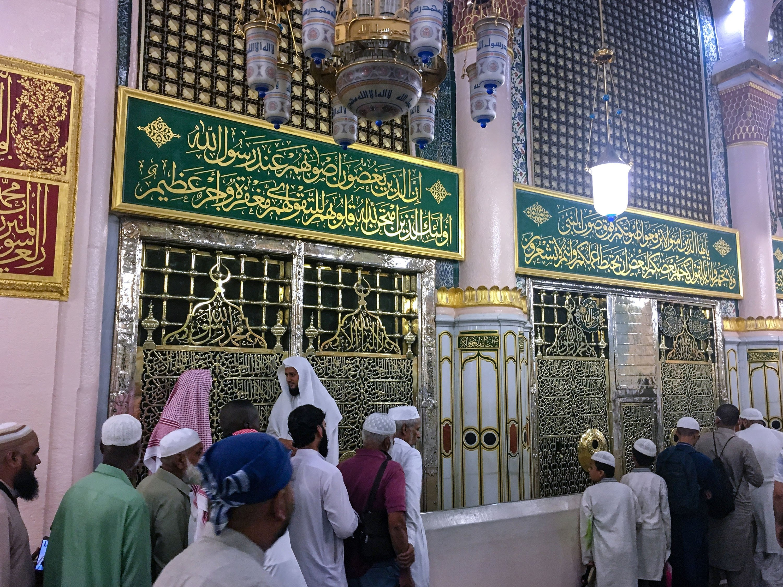 People visit the tomb of the Prophet Muhammad, andearly Muslim leaders Abu Bakr and Umar, in Medina, Saudi Arabia, June 24, 2019. (Shutterstock Photo)