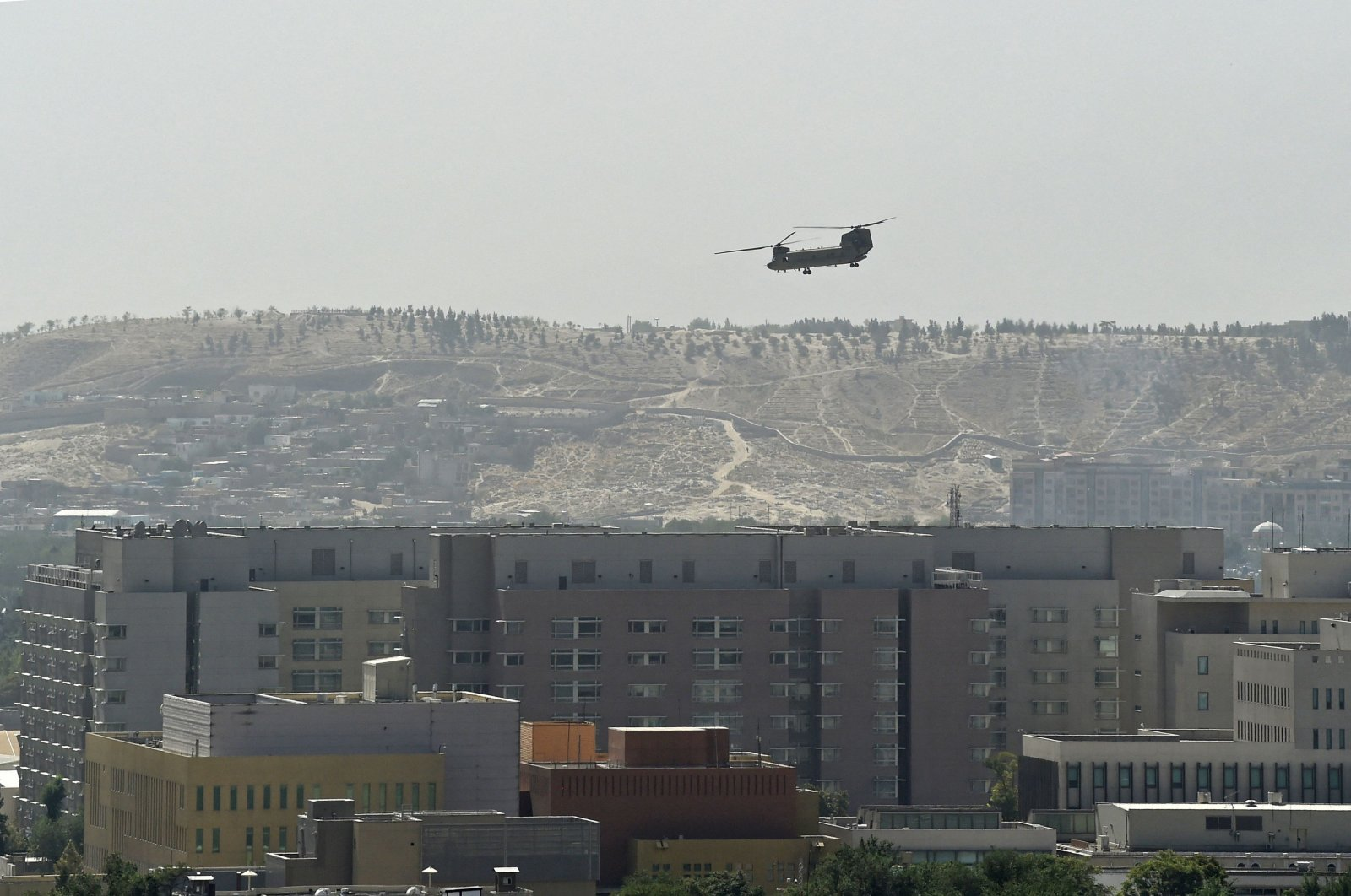A U.S. military helicopter is pictured flying above of U.S. Embassy in Kabul, Afghanistan, on Aug. 15, 2021. (AFP Photo)