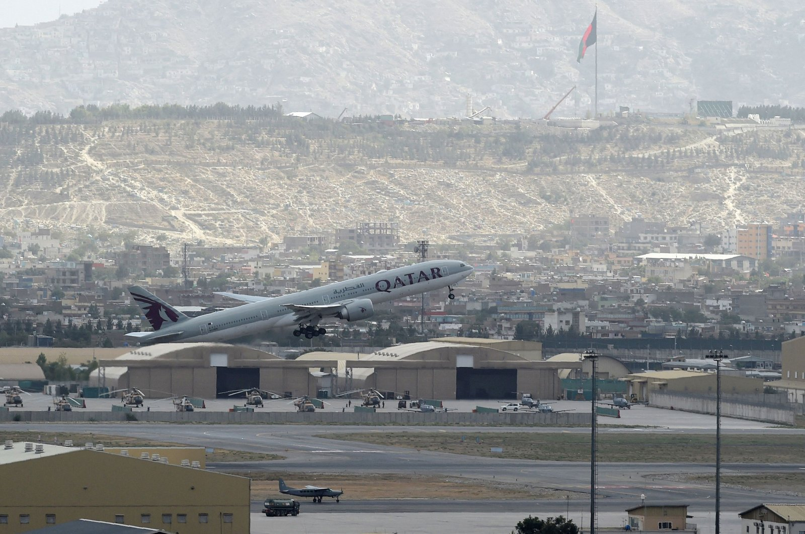 A Qatar Airways aircraft taking off from the airport in Kabul, Aug. 14, 2021. (AFP Photo)