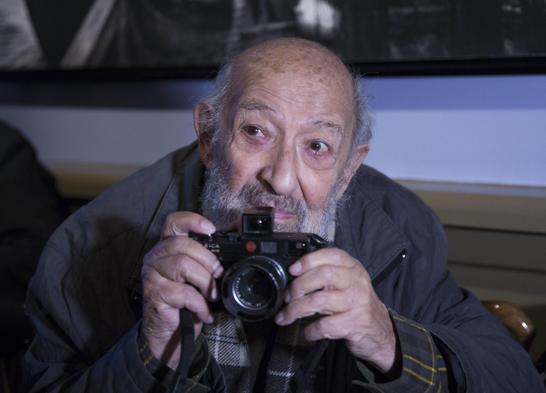 Photojournalist Ara Güler poses with his camera in Istanbul, Turkey, Oct. 30, 2015. (AA Photo)