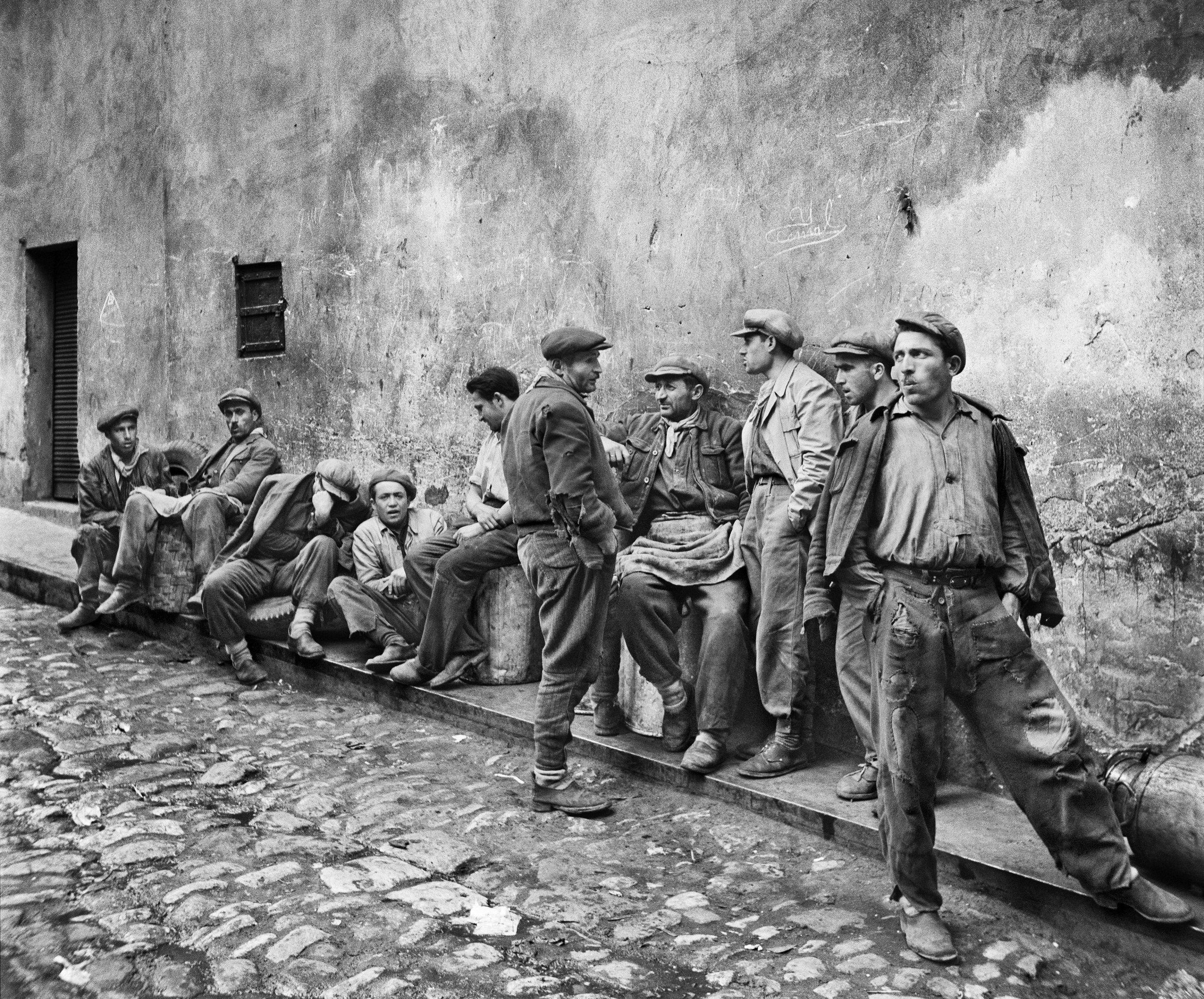 A photo of some men on an Istanbul street by Ara Güler. (Sabah File Photo)