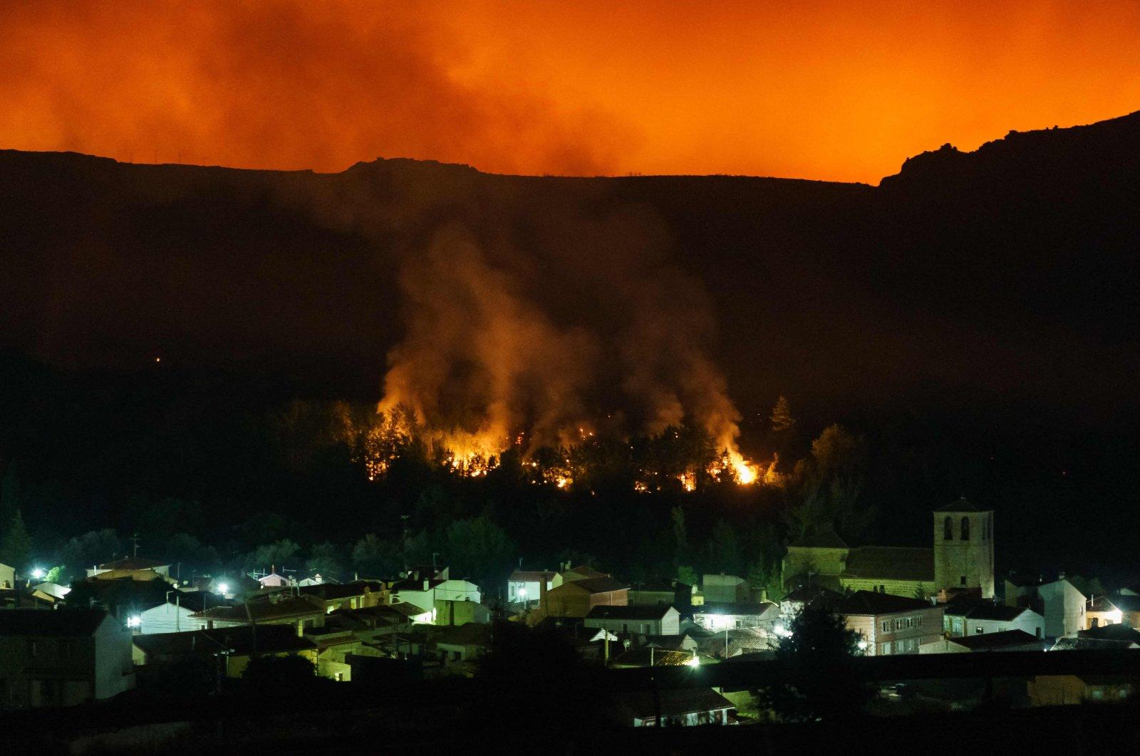 A wildfire advances toward Sotalbo near Avila, central Spain, Aug. 16, 2021. (AFP Photo)