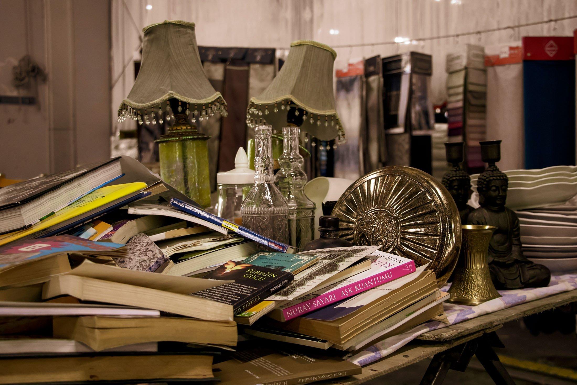 Unused items from old houses in the Kadıköy Flea Market. (Shutterstock Photo)