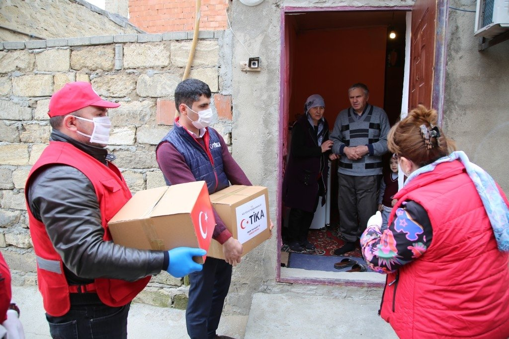 TIKA staff delivers aid to families affected by the impact of the COVID-19 pandemic, in Baku, Azerbaijan, April 7, 2020. (COURTESY OF TIKA)