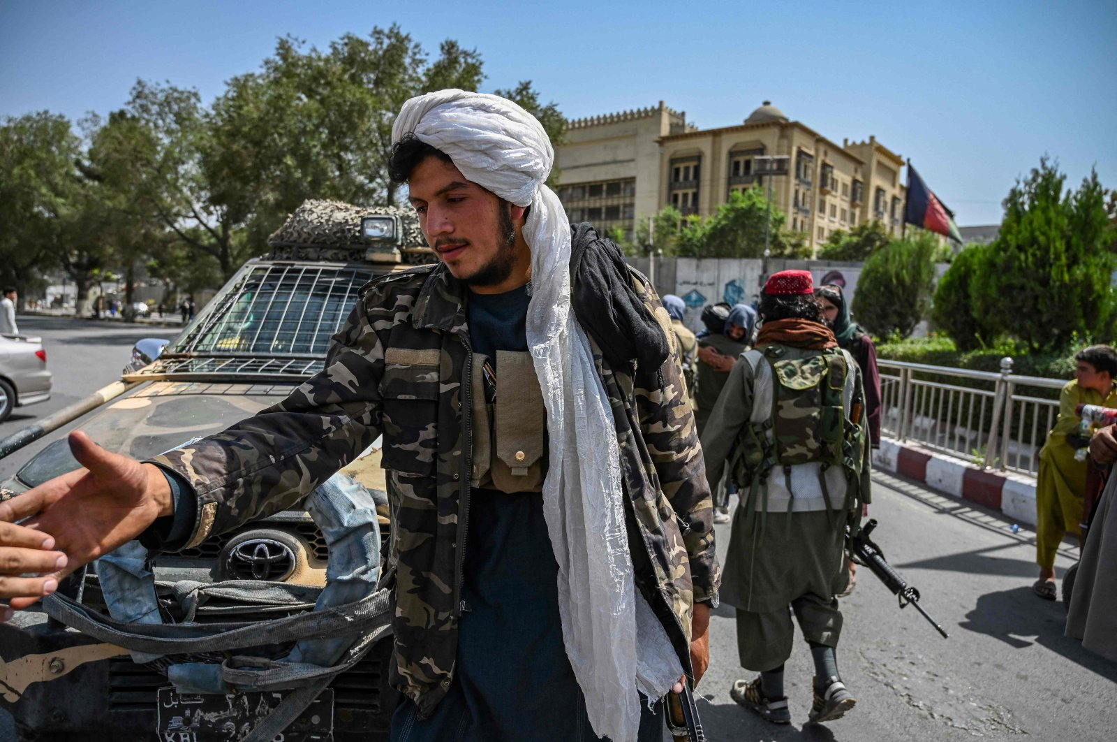 Taliban fighters stand guard along a street at Massoud Square in Kabul, Aug. 16, 2021. (AFP Photo)