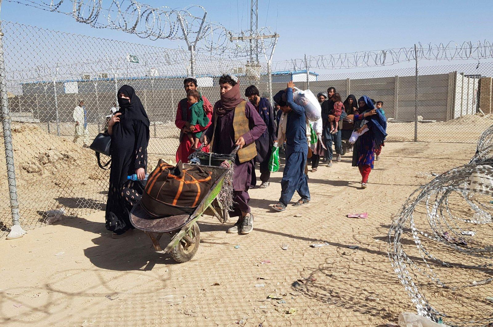 Afghan nationals cross the border into Pakistan at the Pakistan-Afghanistan border crossing in Chaman, Pakistan, on Aug. 18, 2021. (AFP Photo)