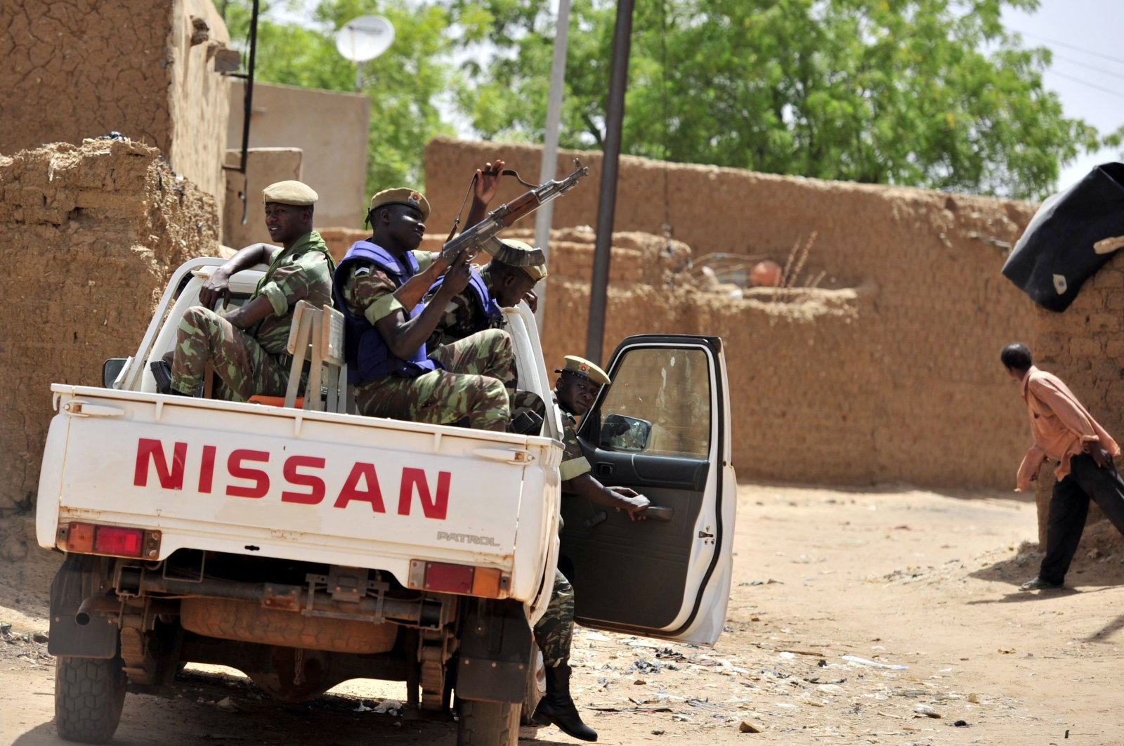 Burkinabe soldiers patrol in a pick-up truck in Gorom-Gorom, northern Burkina Faso, June 27, 2012. (AFP Photo)