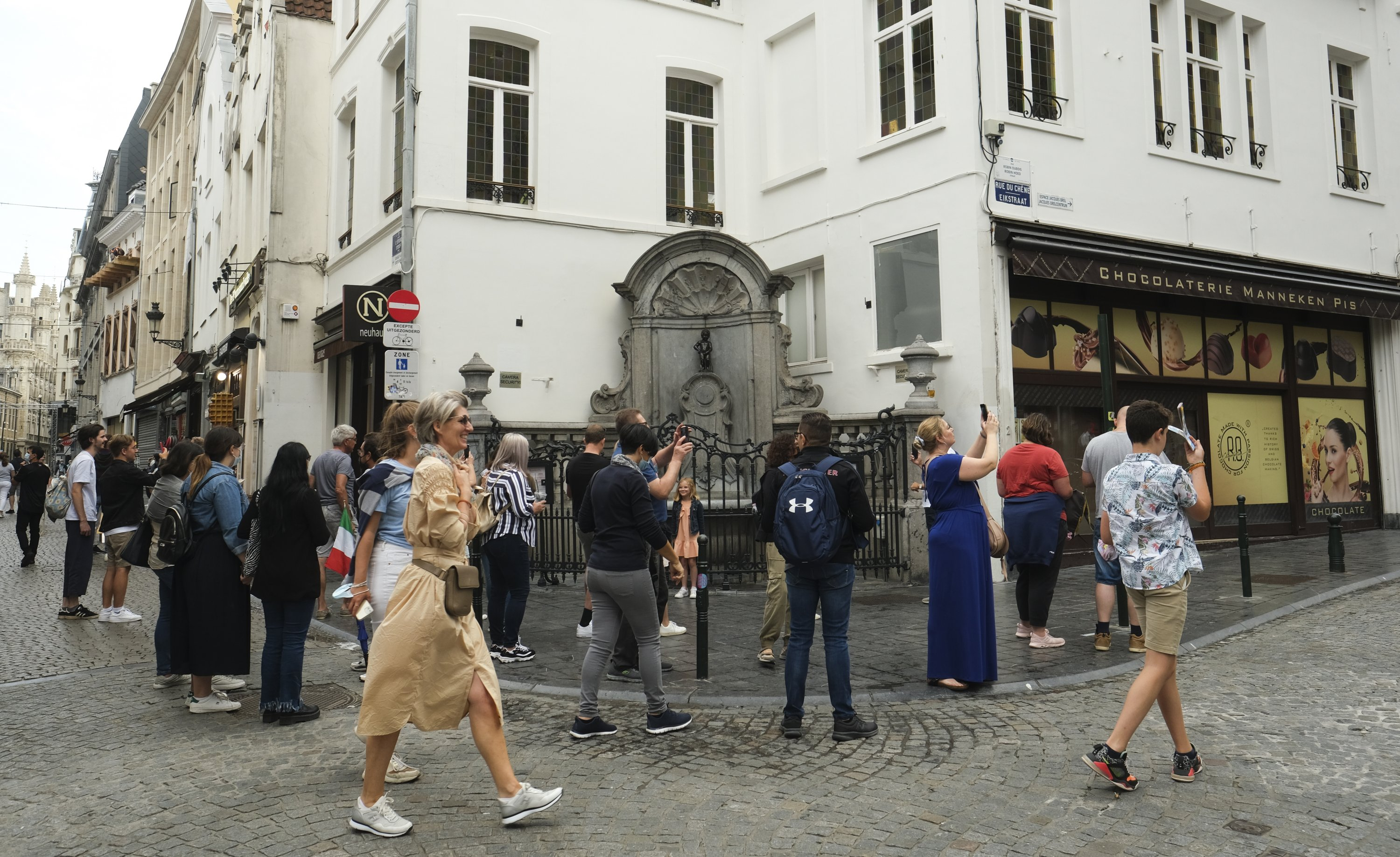 The Manneken-pis statue area looks busy like it was prior to the COVID-19 crisis in Brussels, Belgium, Aug. 2021. (EPA Photo)