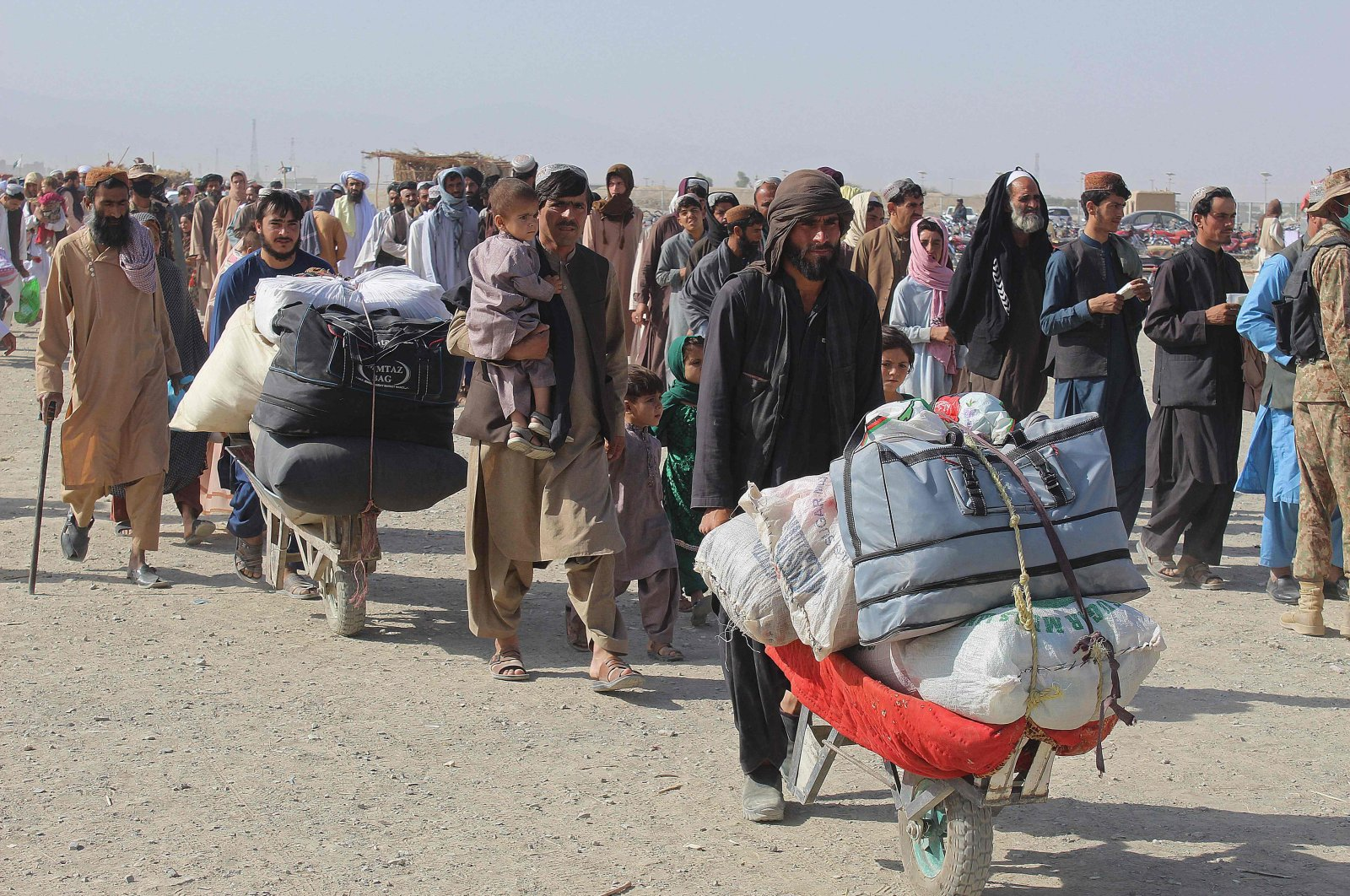 Afghan nationals arrive at the Pakistan-Afghanistan border crossing point in Chaman, Pakistan, Aug. 20, 2021. (AFP Photo)