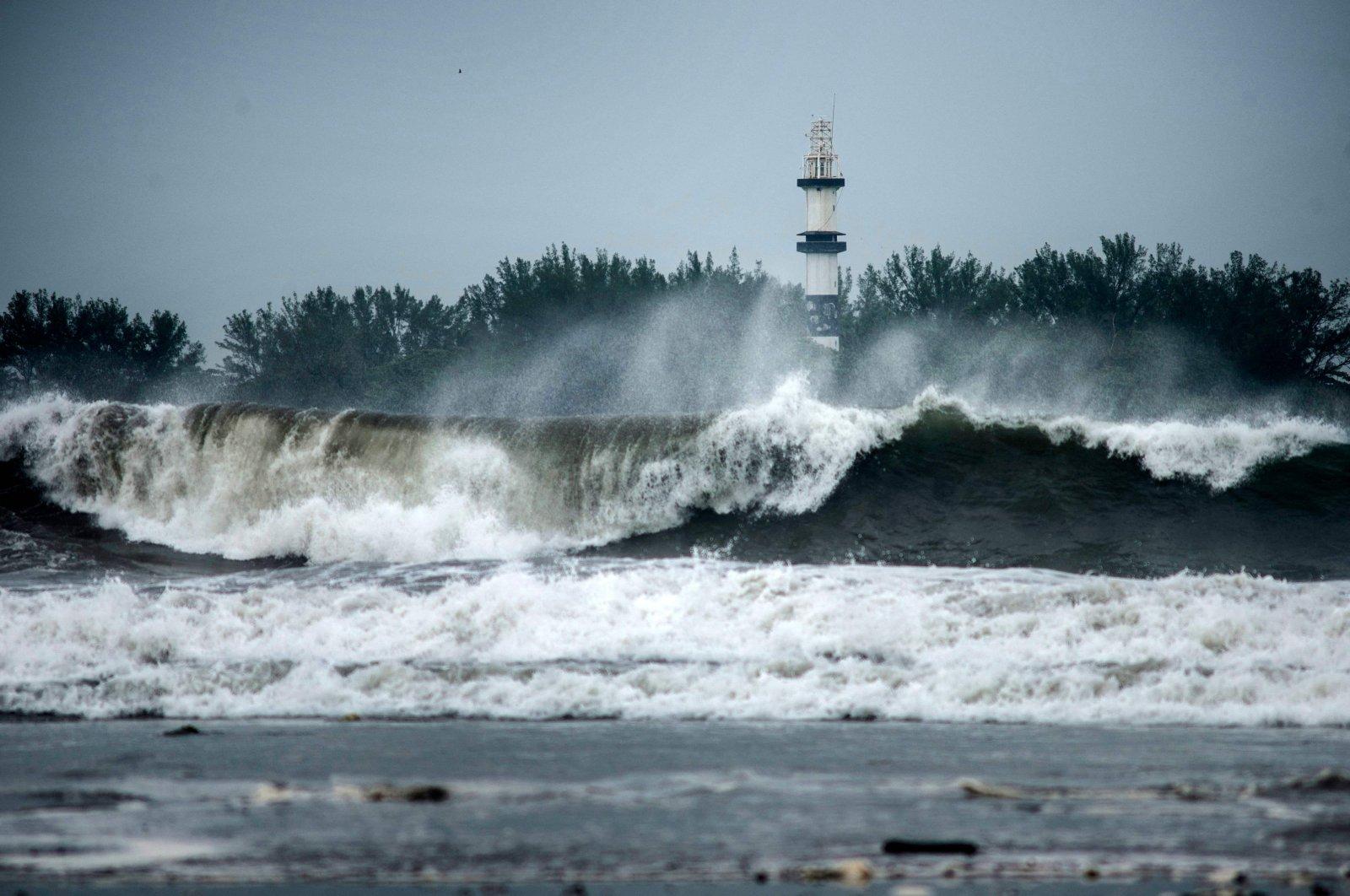 Strong waves reach the Island of Sacrifices due to Hurricane Grace, as seen from Boca del Rio, Veracruz, Mexico, Aug. 20, 2021. (AFP Photo)