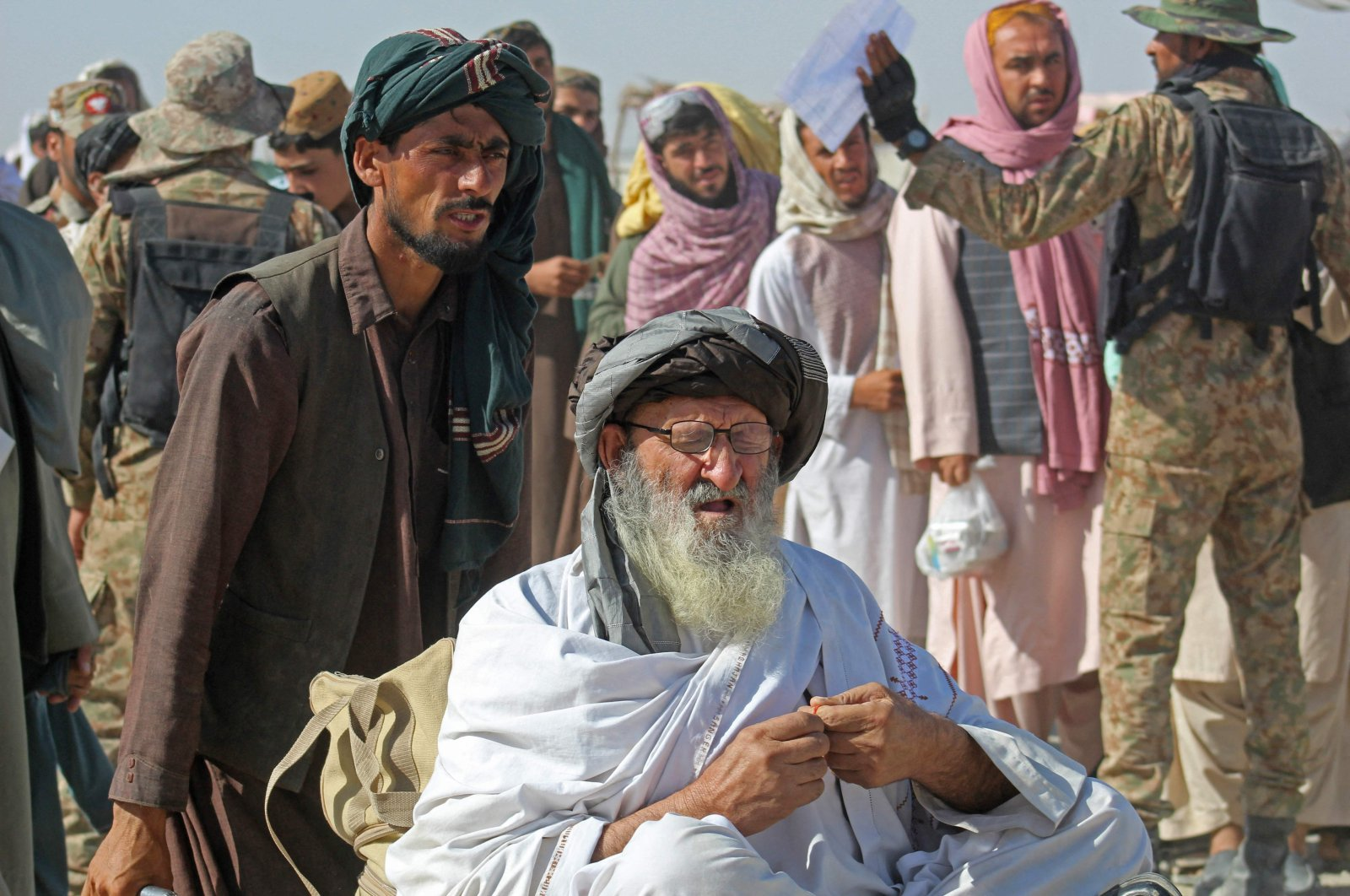 Afghan nationals arrive at the Pakistan-Afghanistan border crossing point in Chaman to return to Afghanistan, Aug. 22, 2021, following the Taliban's stunning takeover of Afghanistan. (AFP Photo)