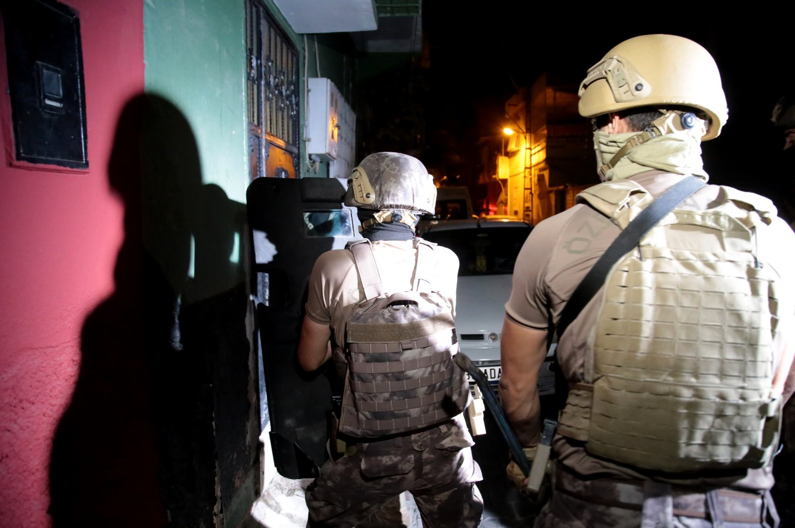 Turkish counterterrorism squads carry out a raid against a suspected Daesh terrorist cell in Adana province, Turkey,  Aug. 18, 2021. (AA File Photo)