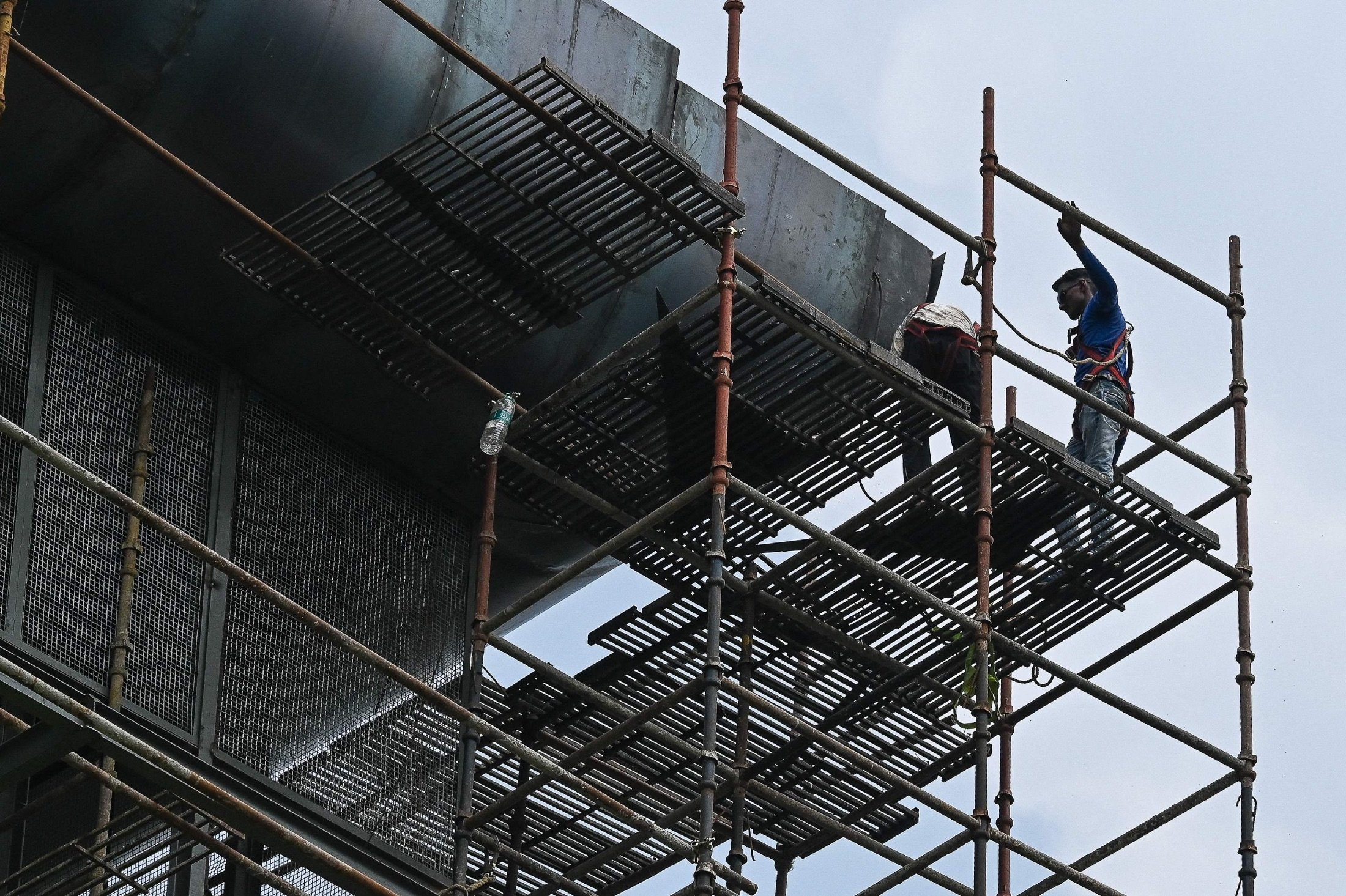 Workers carry on works on a scaffolding structure of a 25-meter (82-foot) high smog tower, built to purify the air during pollution season, in New Delhi, India, Aug. 23, 2021. (AFP Photo)