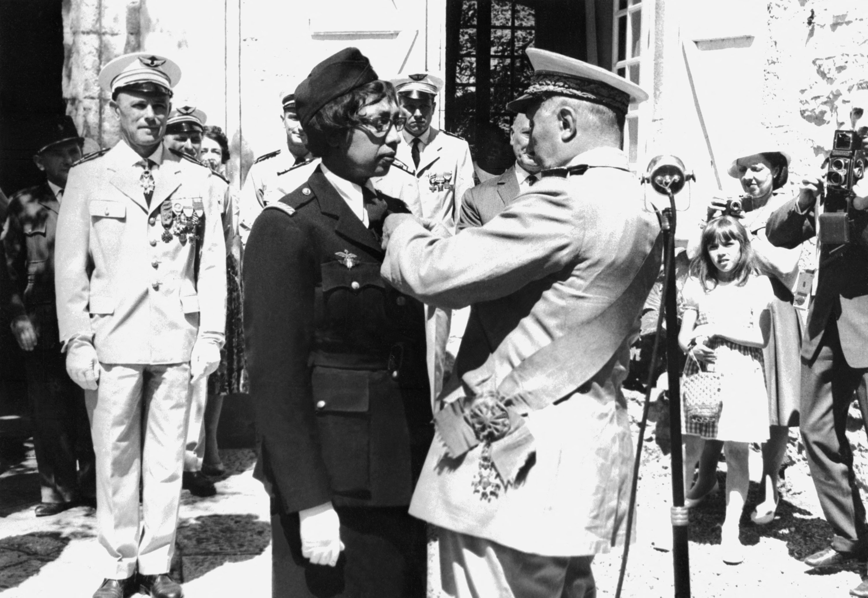 U.S.-born singer-entertainer Josephine Baker (2nd L) receives the Legion of Honor and the Croix de Guerre with palm at Milandes Castle, Aug. 19, 1961. (AFP Photo)