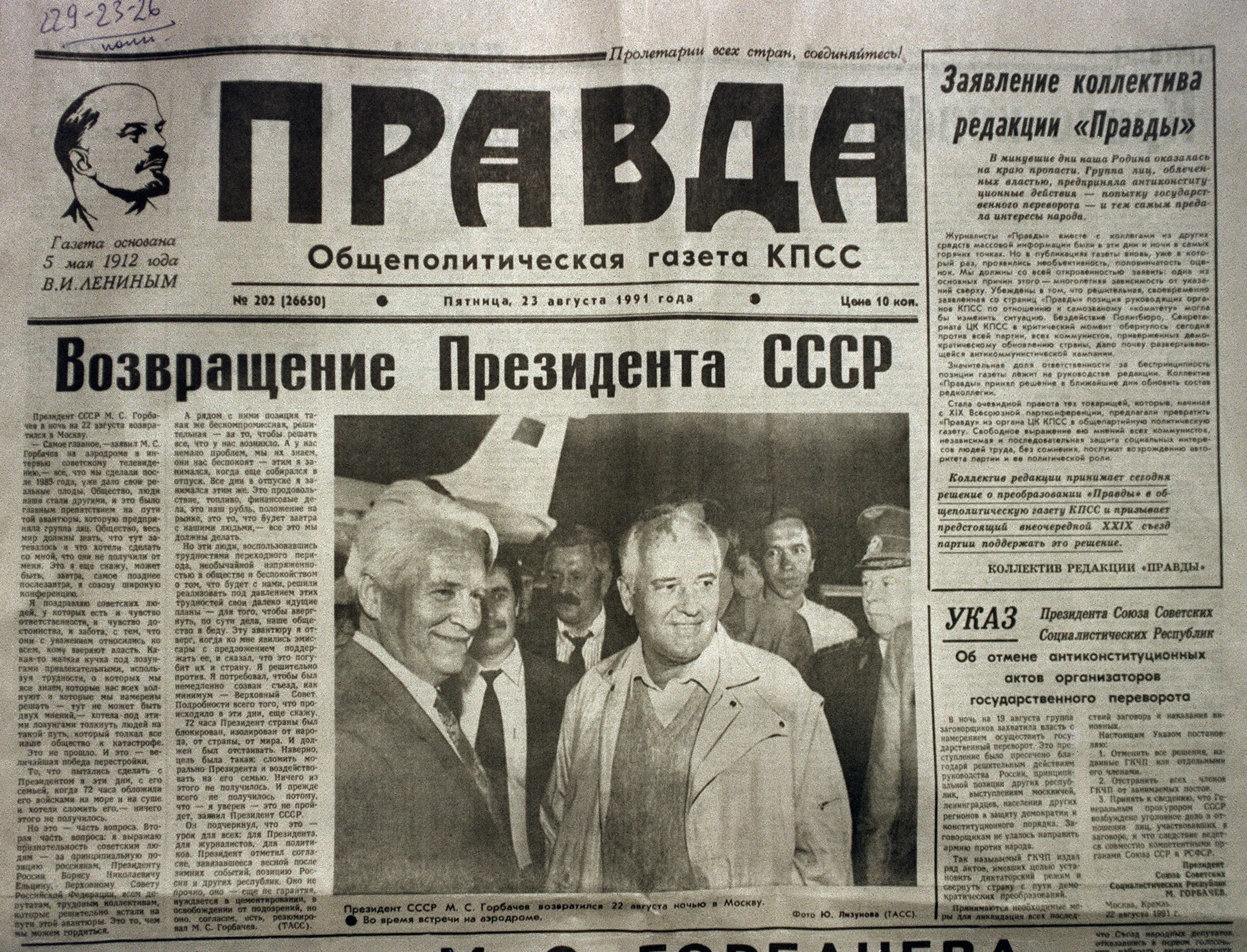 The frontpage of the Pravda Newspaper, featuring President Mikhail Gorbachev at Moscow airport after he was released following the failed coup attempt by Soviet officials, published on Aug. 23, 1991. (AFP Photo)