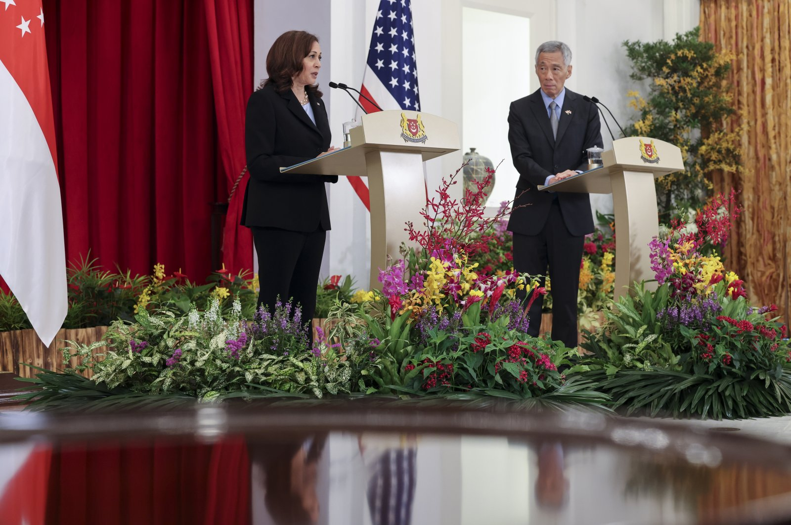 U.S. Vice President Kamala Harris (L) and Singapore's Prime Minister Lee Hsien Loong hold a joint news conference in Singapore, Aug. 23, 2021. (AP Photo)