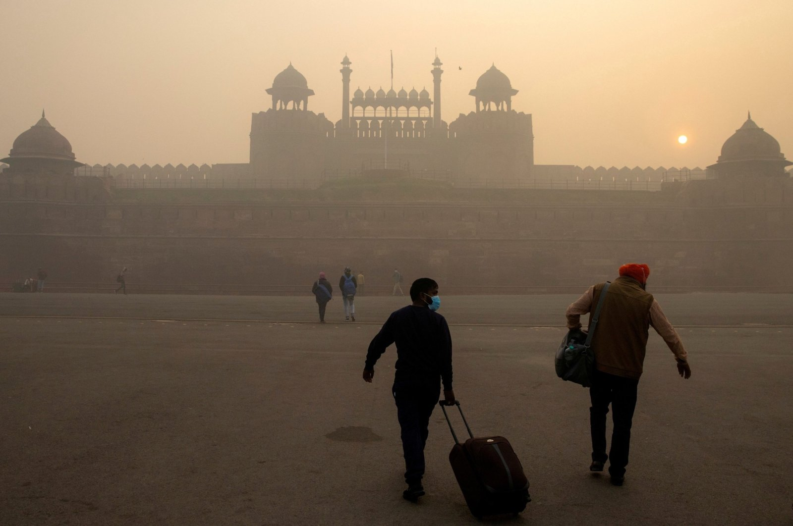 People arrive to visit the Red Fort on a smoggy morning in the old quarters of New Delhi, India, Nov. 10, 2020. (Reuters Photo)