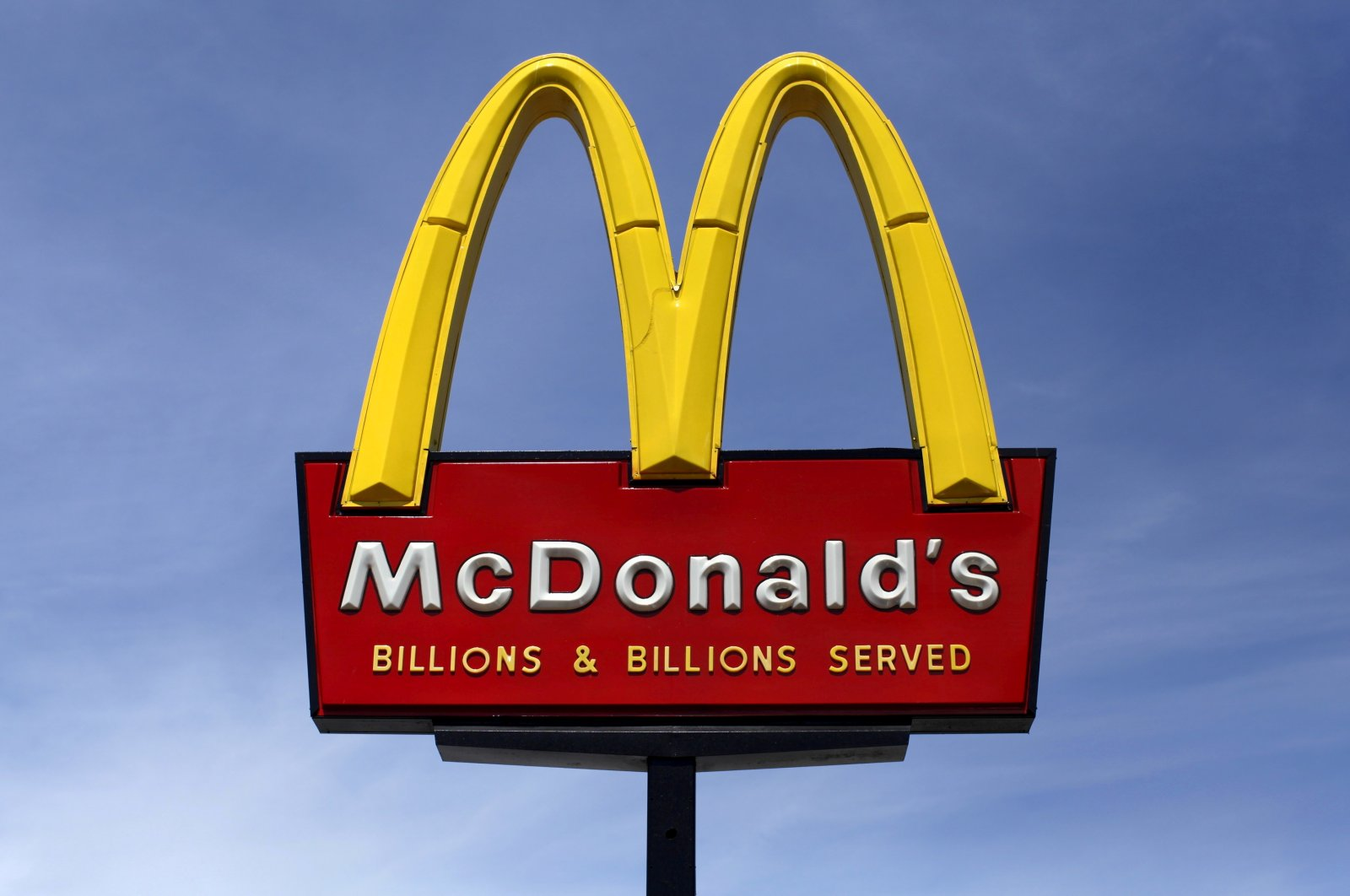 A McDonald's restaurant sign is seen in San Diego, California, U.S., March 31, 2015. (Reuters Photo)