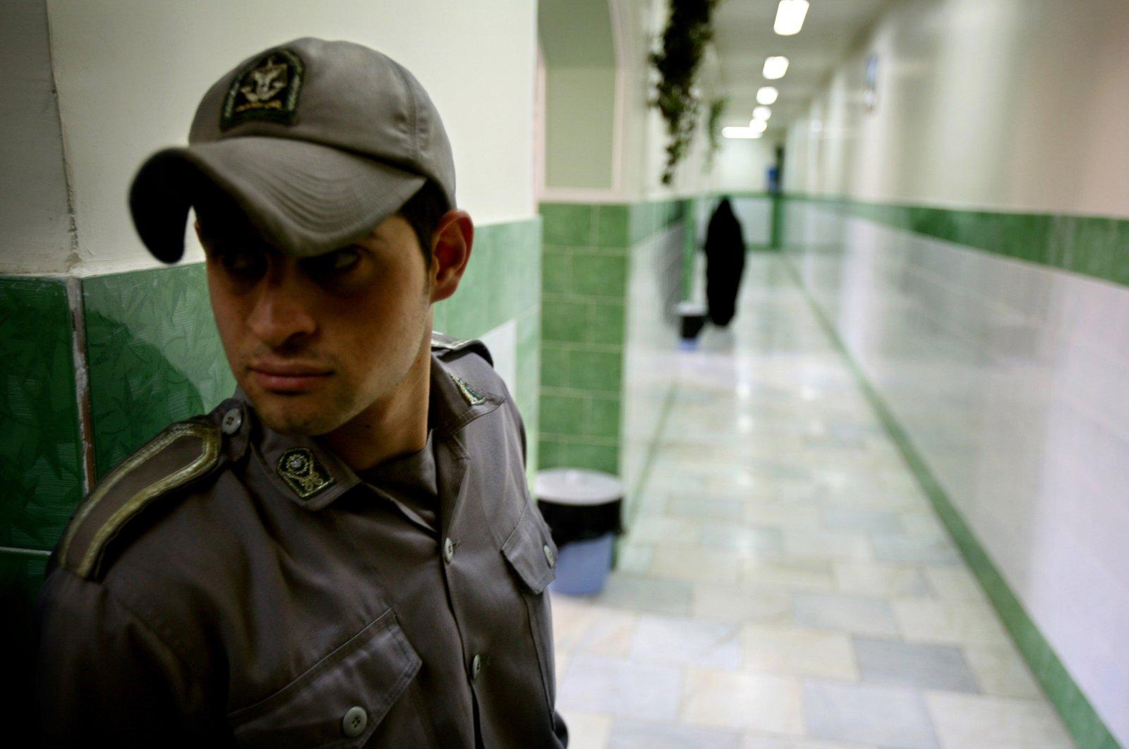 A prison guard stands along a corridor in Tehran's Evin prison, Iran, June 13, 2006. (Reuters Photo)