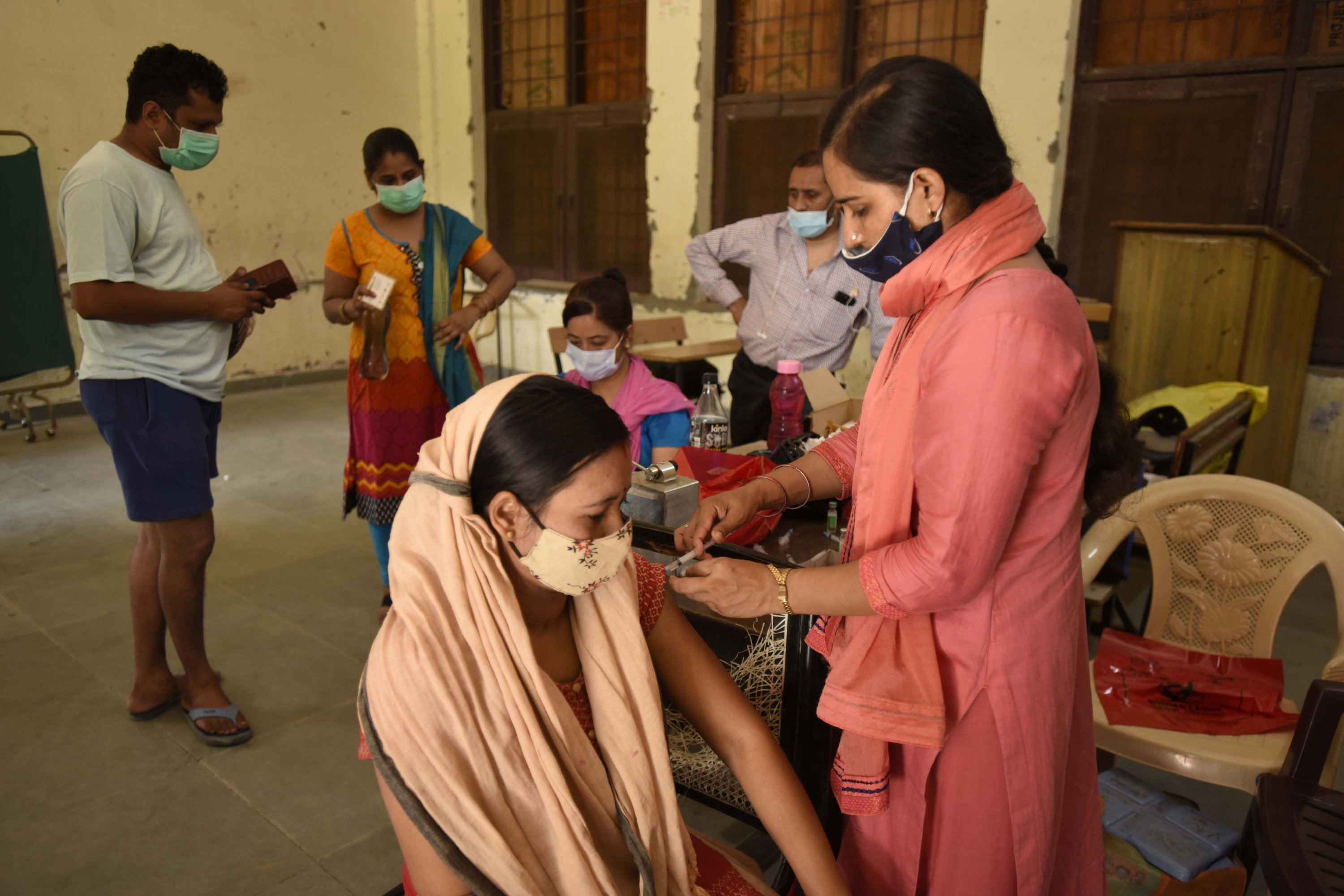 A health worker administers a dose of COVID-19 vaccine to a beneficiary, at a government school in Shivaji Nagar, in Gurugram, India, Aug. 17, 2021. (Photo by Getty Images)