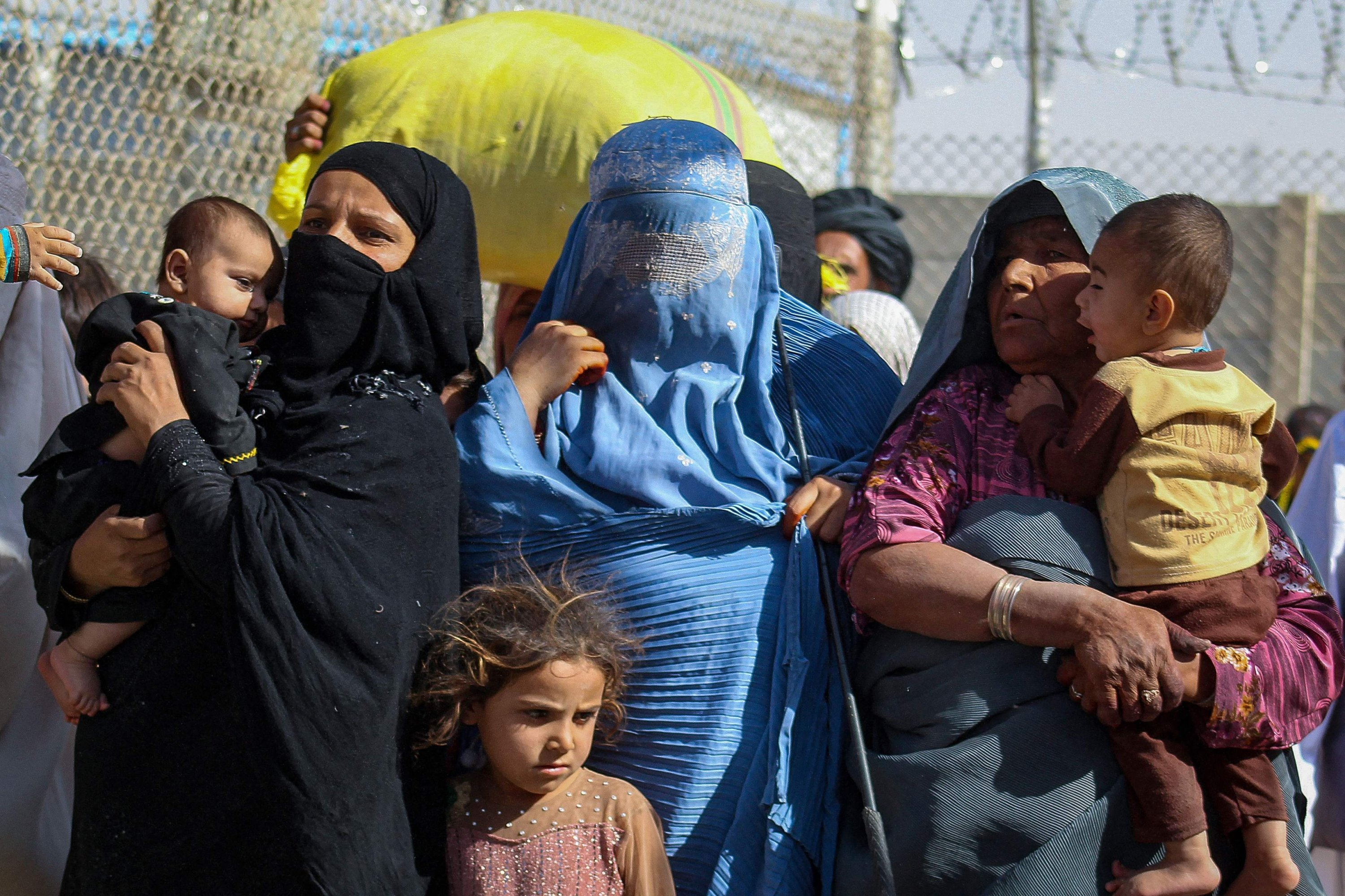 Afghan nationals arrive in Pakistan through the Pakistan-Afghanistan border crossing point in Chaman on Aug. 24, 2021, following the Taliban's military takeover of Afghanistan. (AFP Photo)