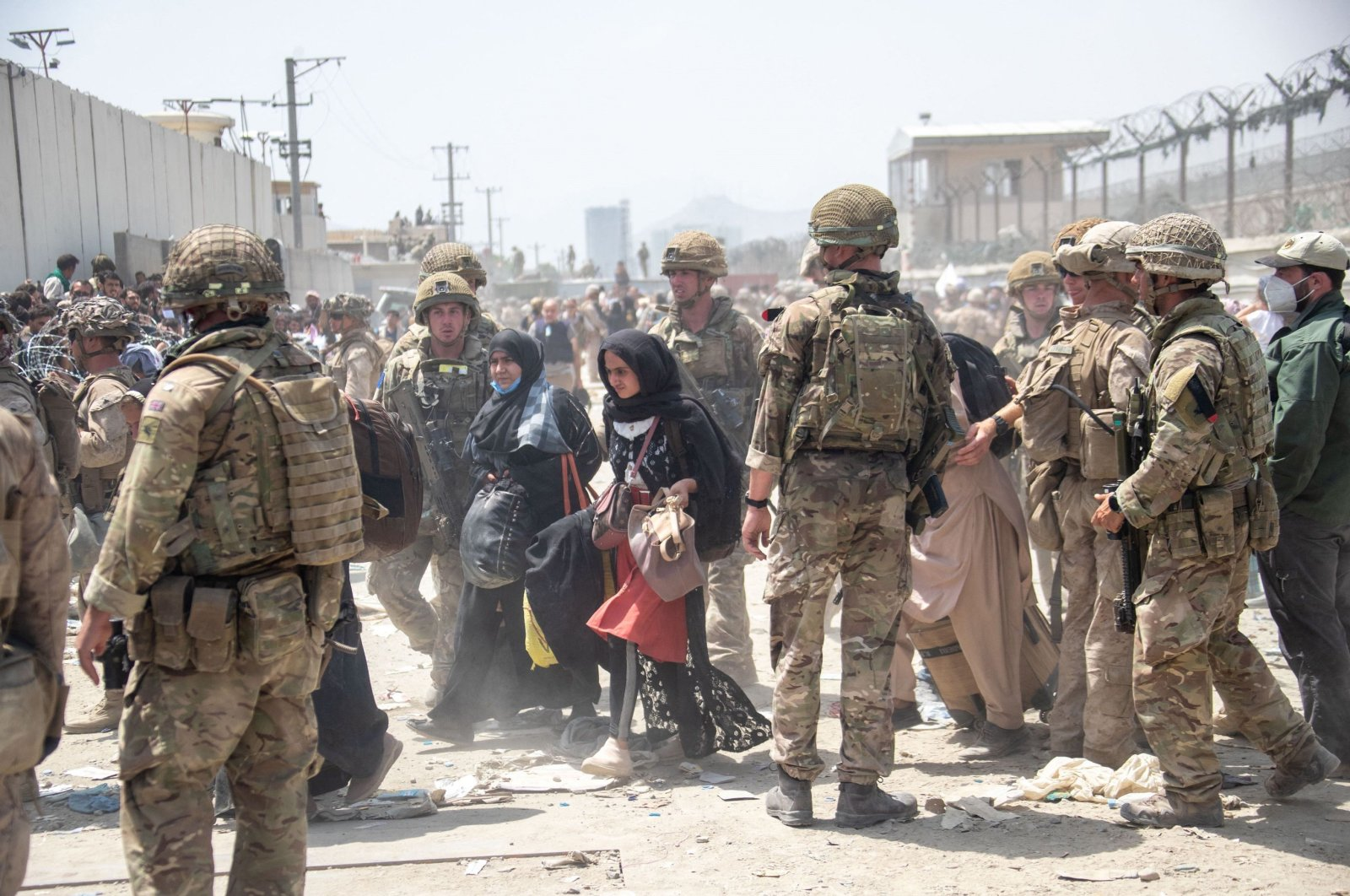 A handout picture released by the British Ministry of Defence (MOD) shows members of the British and U.S. Armed Forces working at Kabul Airport, Afghanistan, Aug. 21, 2021. (Photo by U.K. Ministry of Defence via AFP)