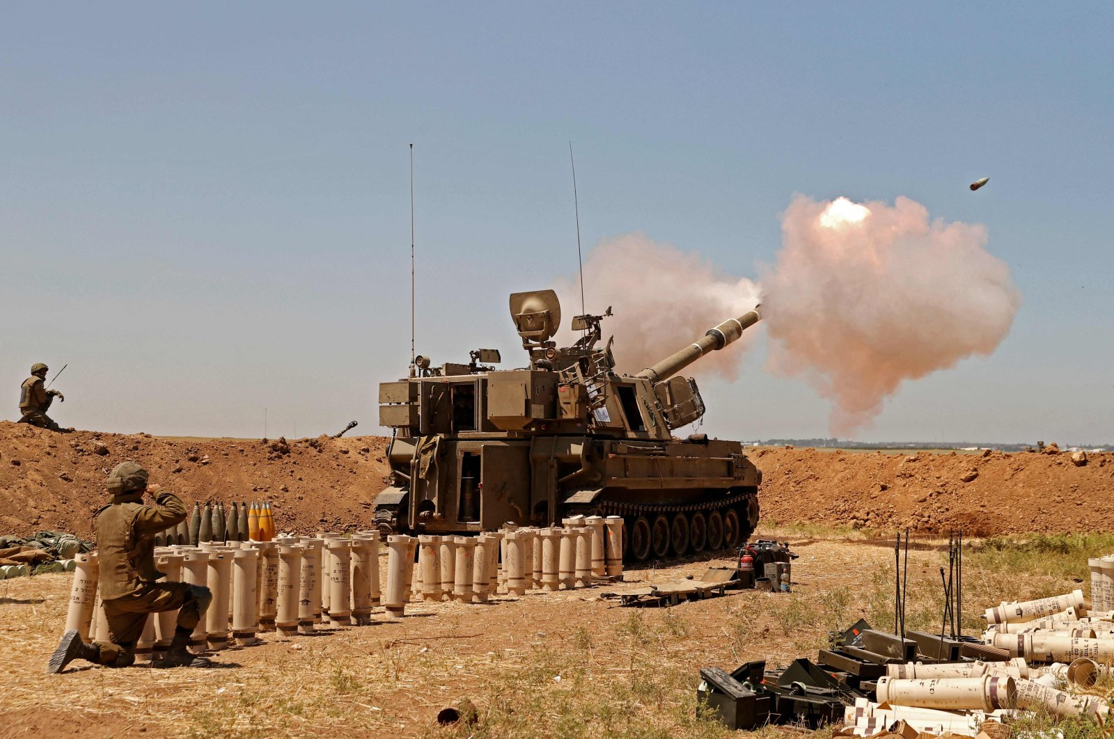 Israeli soldiers fire artillery shells toward the Gaza Strip from their position along the border with the Palestinian enclave, May 19, 2021. (AFP Photo)