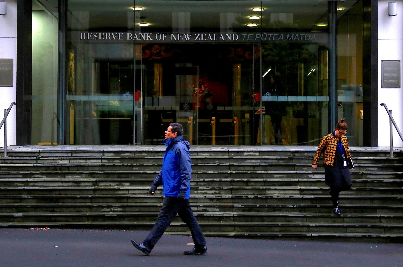 Pedestrians walk near the main entrance to the Reserve Bank of New Zealand located in central Wellington, New Zealand, July 3, 2017. (Reuters Photo)