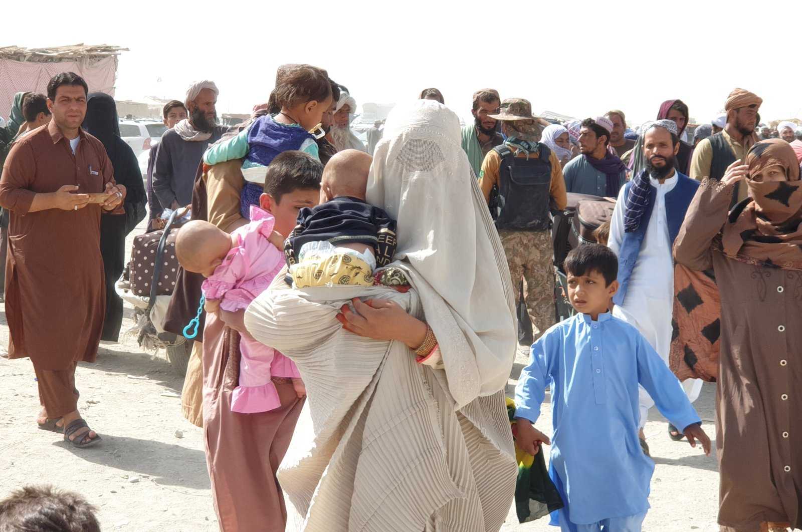 People cross into Afghanistan at Chaman border point, Pakistan, Aug. 27, 2021. (EPA Photo)