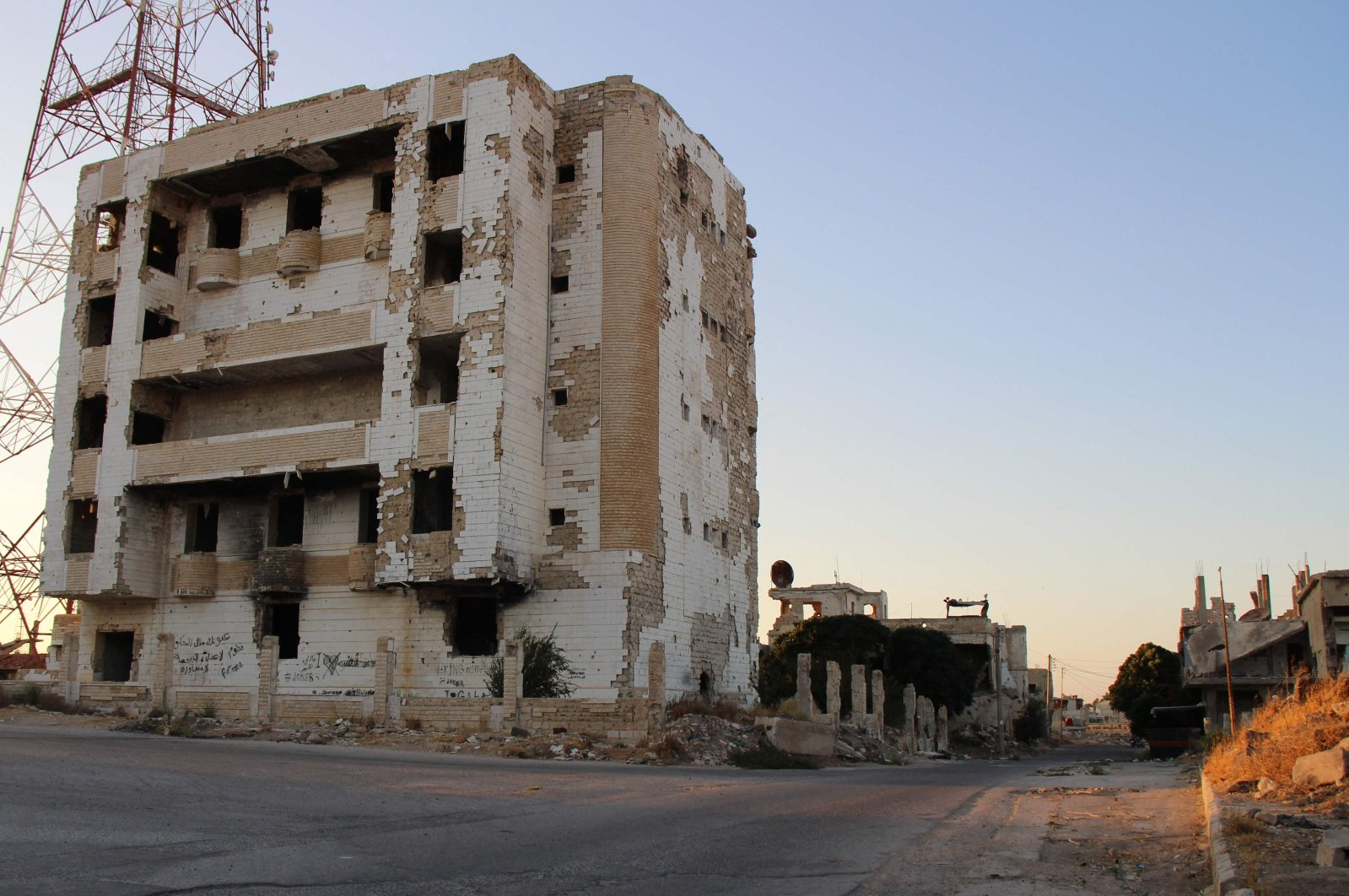 A picture shows the Syrian district of Daraa al-Balad deserted following fighting between regime forces and opposition groups in Syria's southern province of Daraa, Aug. 16, 2021.(AFP Photo)