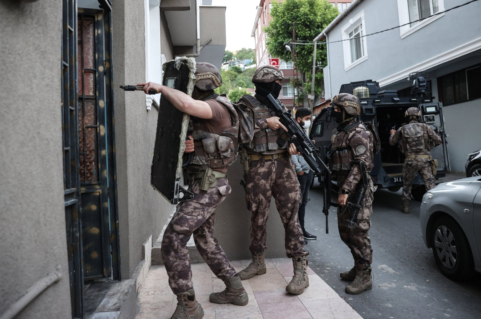 Special operations squads conduct a counterterrorism operation against Daesh suspects in Istanbul, Turkey, May 20, 2021. (AA Photo)