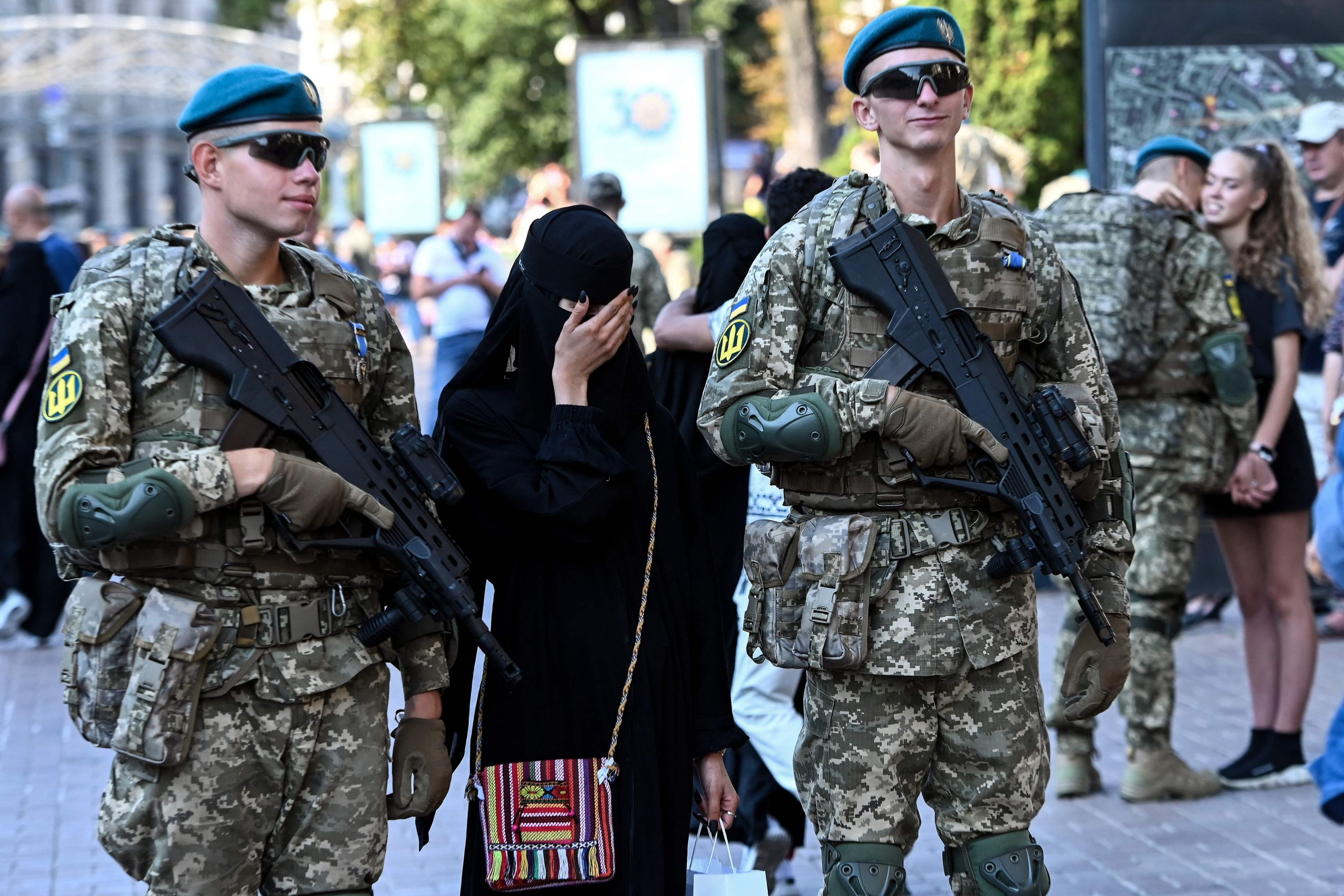 A tourist from the Middle East poses for a photo with Ukrainian officers as they take part in a rehearsal for a military parade for an Independence Day celebration in Kyiv, Ukraine, Aug. 20, 2021. (AFP Photo)