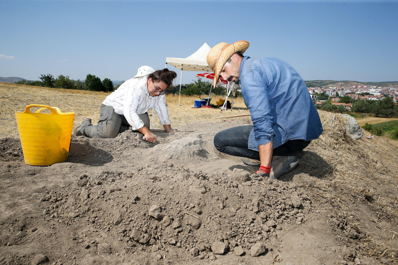 Archaeologists work on the Tavşanlı Mound, Kütahya, central Turkey, Aug. 28, 2021. (AA Photo)