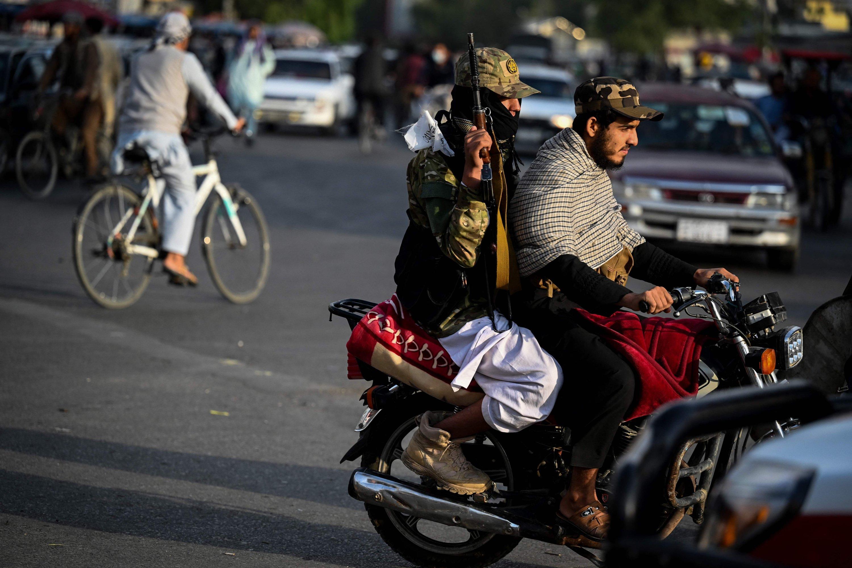 Taliban fighters on motorbikes patrol a street in Kabul, Afghanistan, August 31, 2021 (AFP photo)