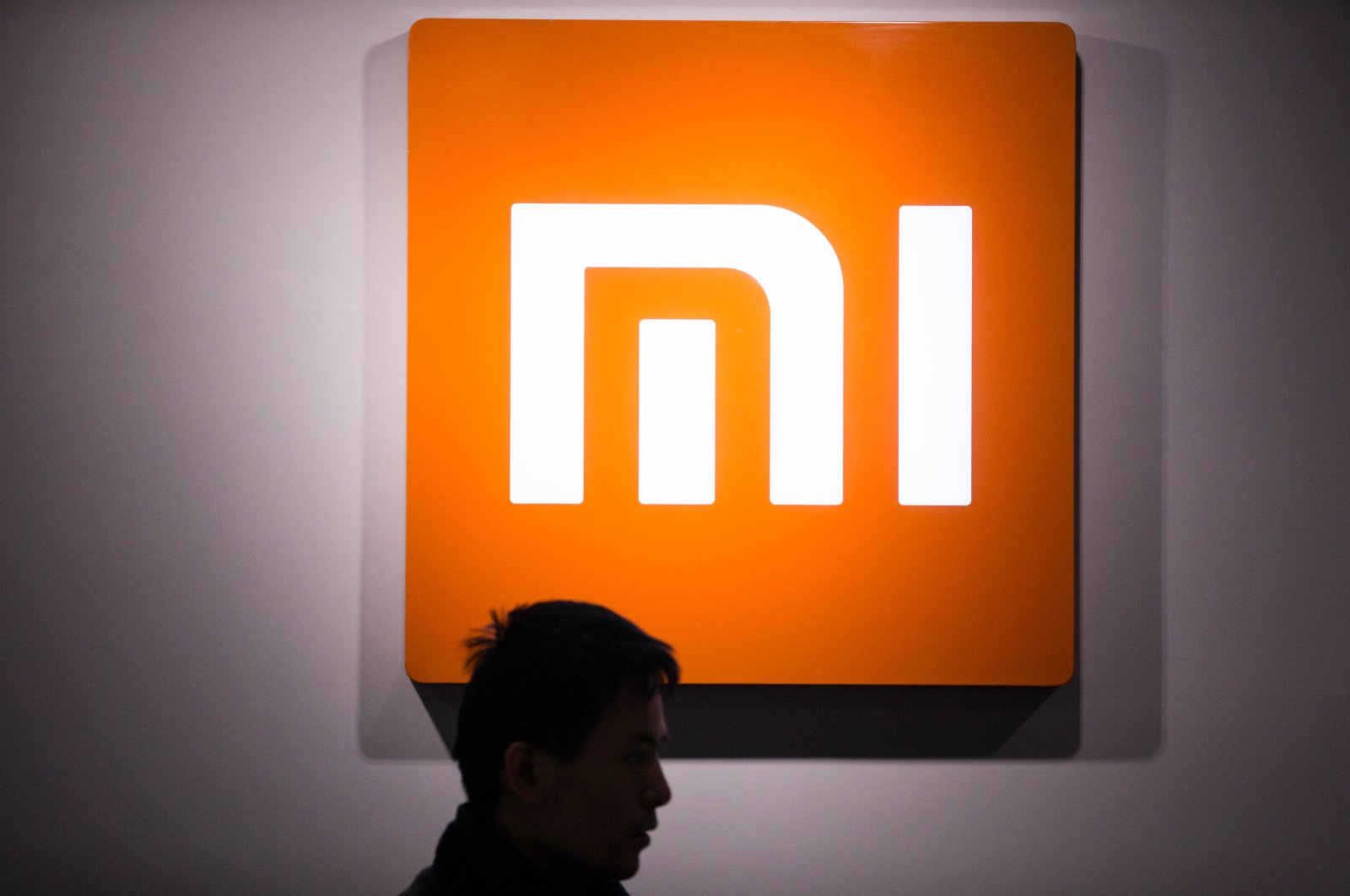 A Chinese customer visits a Xiaomi store in Hangzhou city, Zhejiang province, east China, on March 12, 2016. (Reuters)