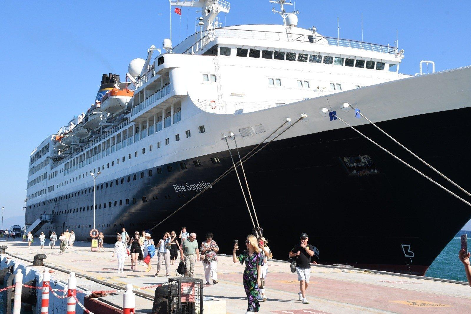 Tourists disembark from a cruise ship at Ege Port on Kuşadası in Aydın province,southwestern Turkey, Sept. 2, 2021. (IHA Photo)