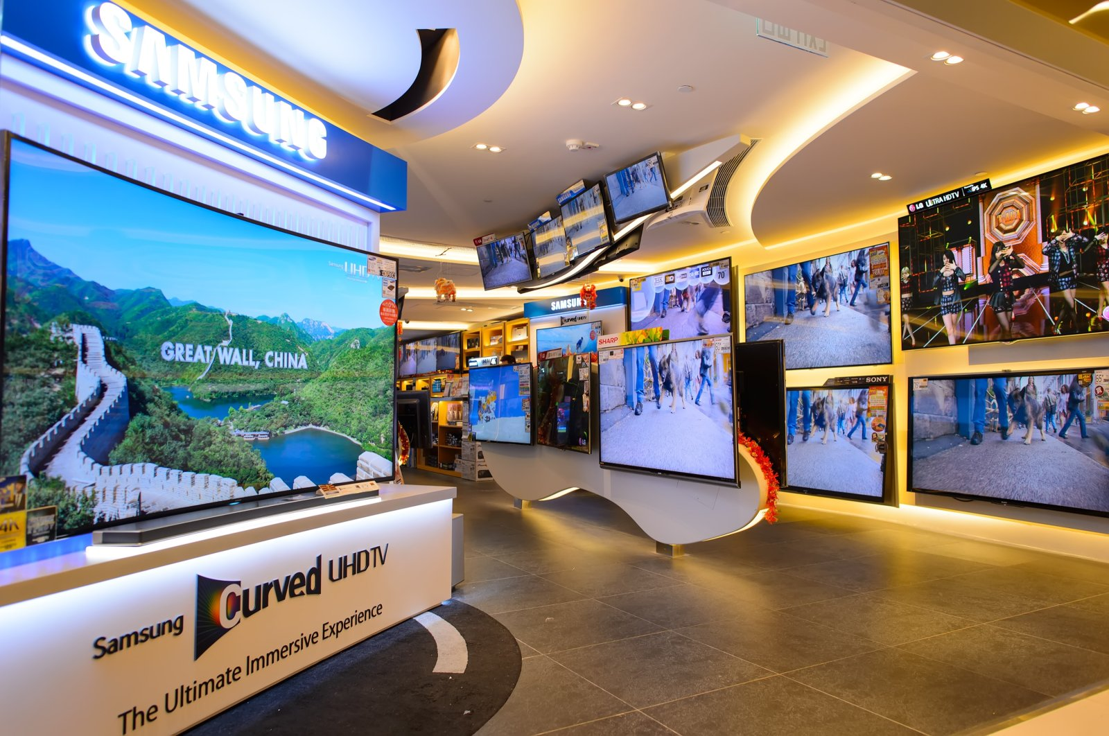 Daily shows and other footage are displayed on screens at a shopping center in Hong Kong, Feb. 4, 2015. (Shutterstock Photo)