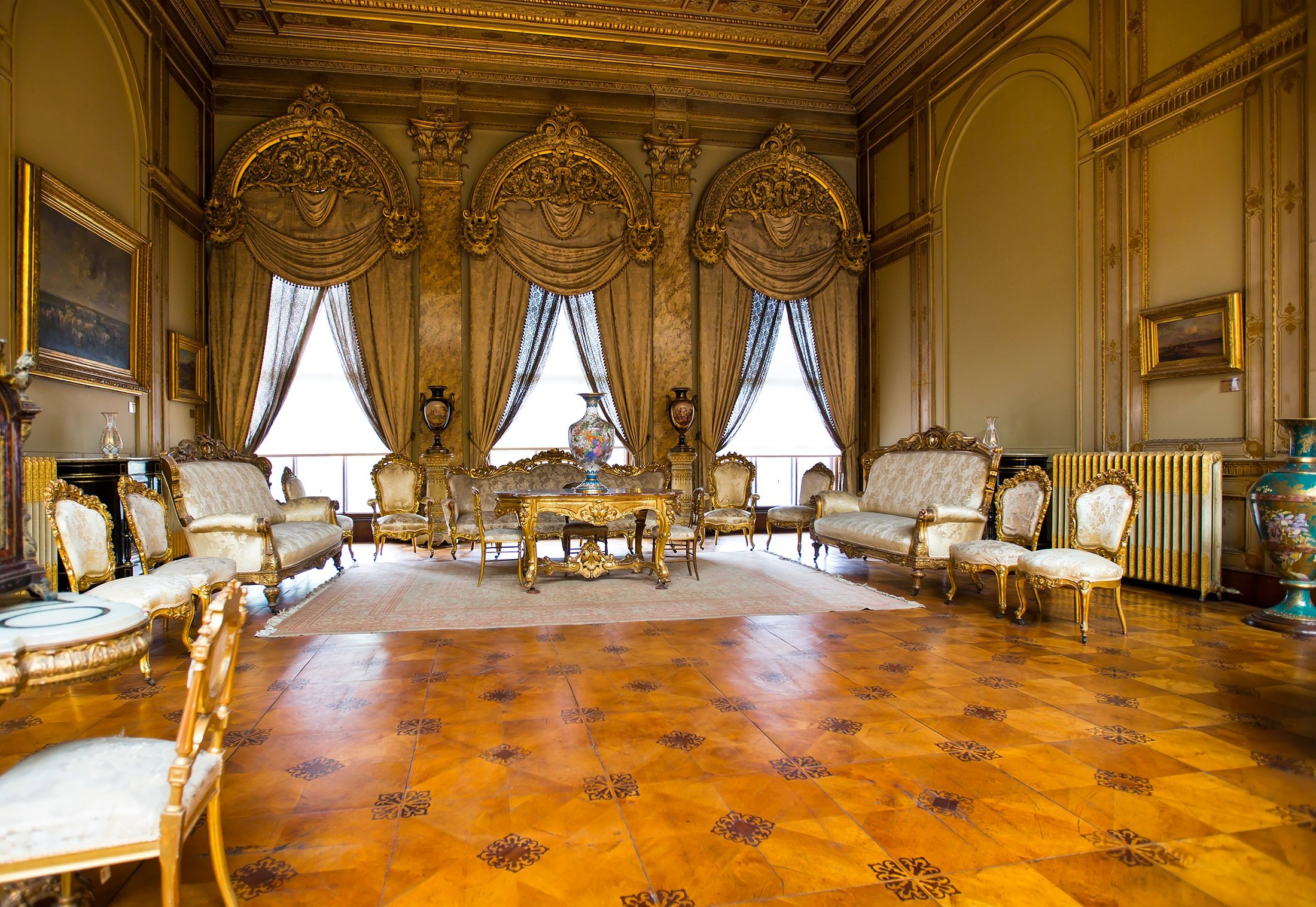Dolmabahçe Palace interior. (Shutterstock Photo)