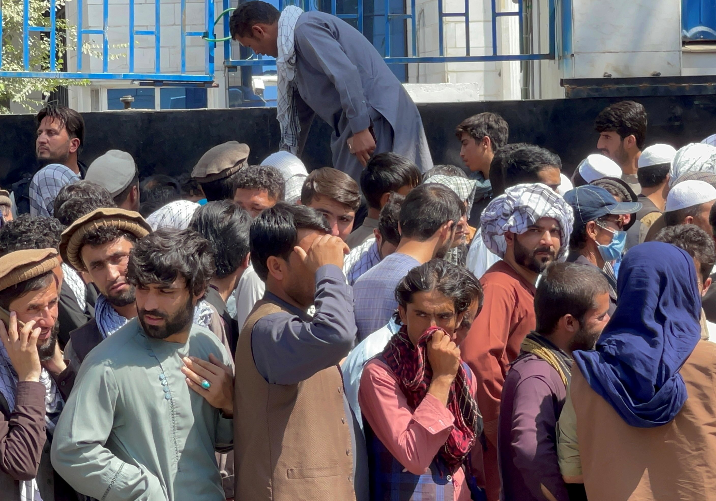 Afghans line up outside a bank to take their money out after Taliban takeover in Kabul, Afghanistan, Sept. 1, 2021. (REUTERS/Stringer)