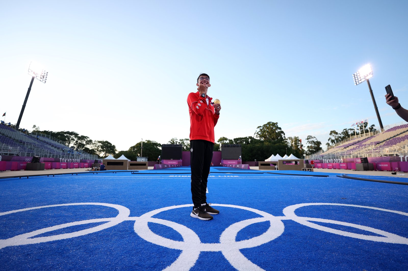 Taking first place, Turkey's national archer Mete Gazoz celebrates on the podium of the men's individual competition at the 2020 Tokyo Olympics, Tokyo, Japan, July 31, 2021. (AP Photo)