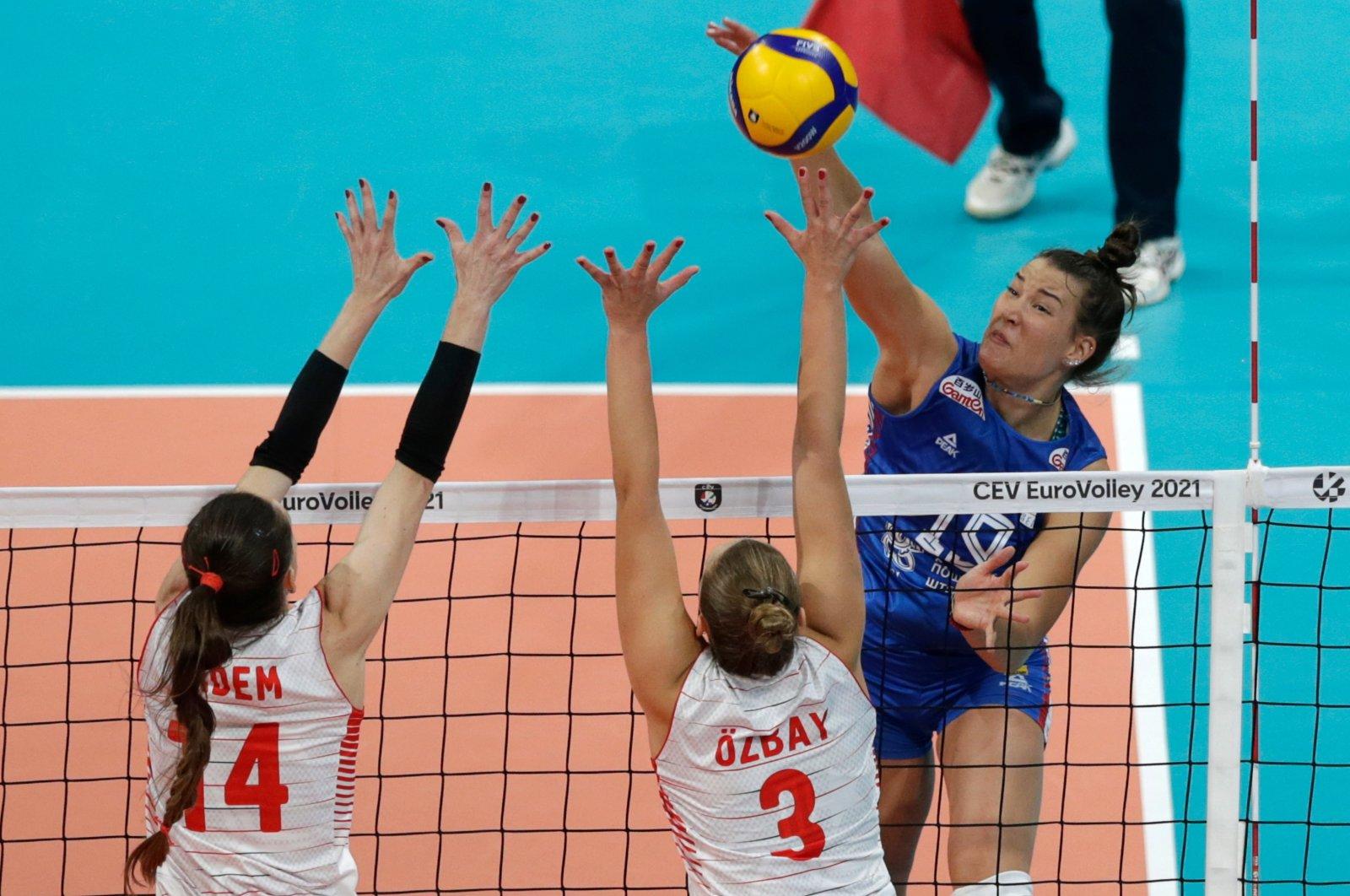 Serbia's Bojana Milenkovic (R) in action against Turkey's Eda Erdem Dündar (L) and Cansu Özbay (C) during the 2021 Women's European Volleyball Championship semifinal match between Turkey and Serbia in Belgrade, Serbia, Sept. 3, 2021. (EPA Photo)