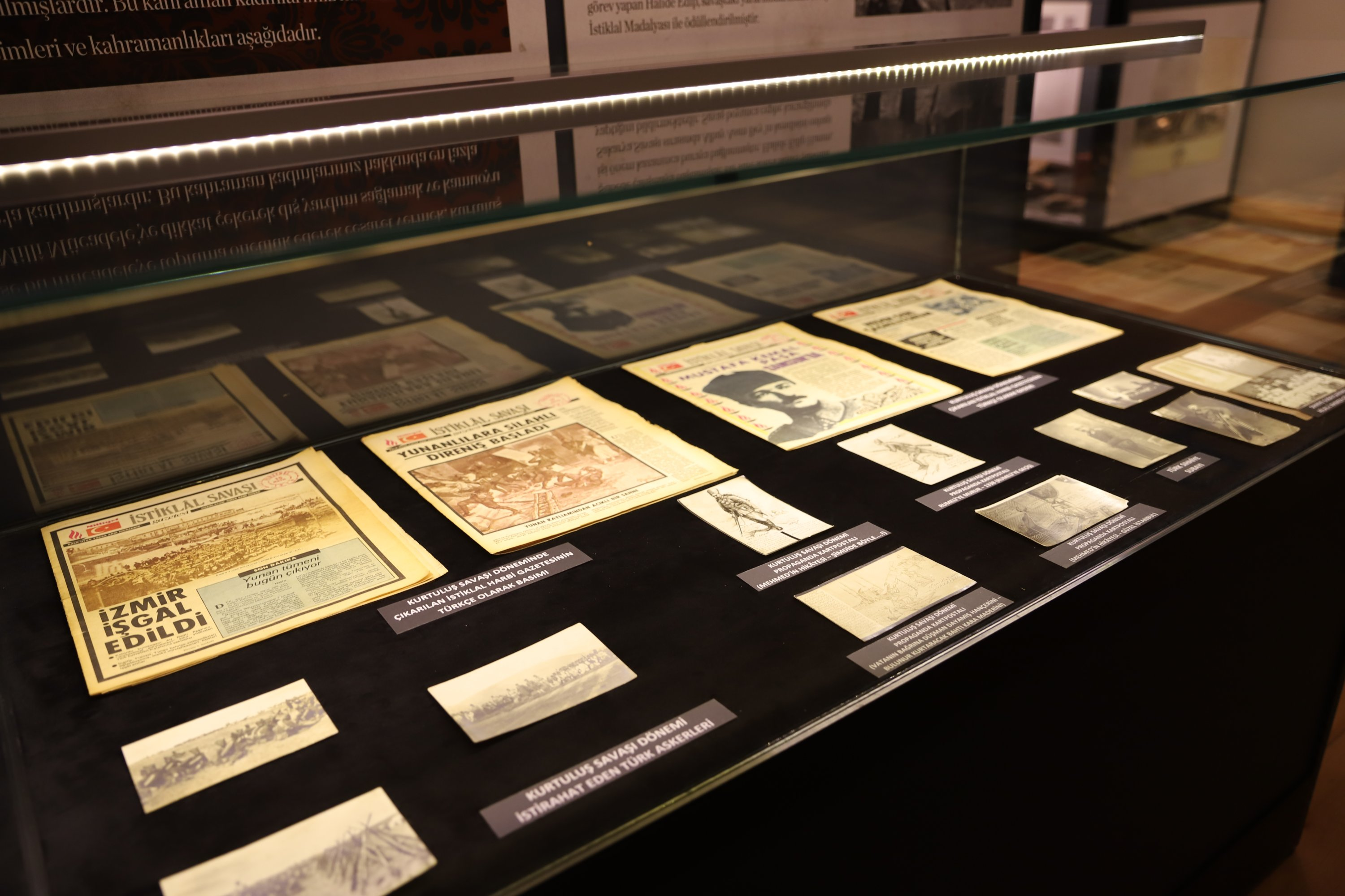 Some newspapers and photos on display at the exhibition in the Istanbul Cinema Museum. (Photo by Meltem Sarsılmaz)