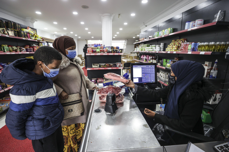 Başkent Ankara'da Somalililer tarafından işletilen bir süpermarkette alışveriş yapan vatandaşlar, 12 Nisan 2021 (AA Fotoğrafı)