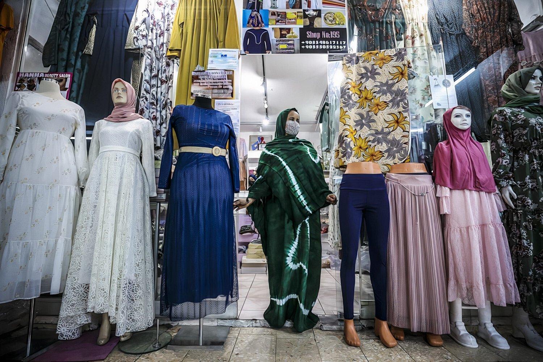 Somali asıllı İngiliz vatandaşı Rahma, başkent Ankara'daki geleneksel Somali giyim mağazasında duruyor, 12 Nisan 2021 (AA Fotoğrafı)